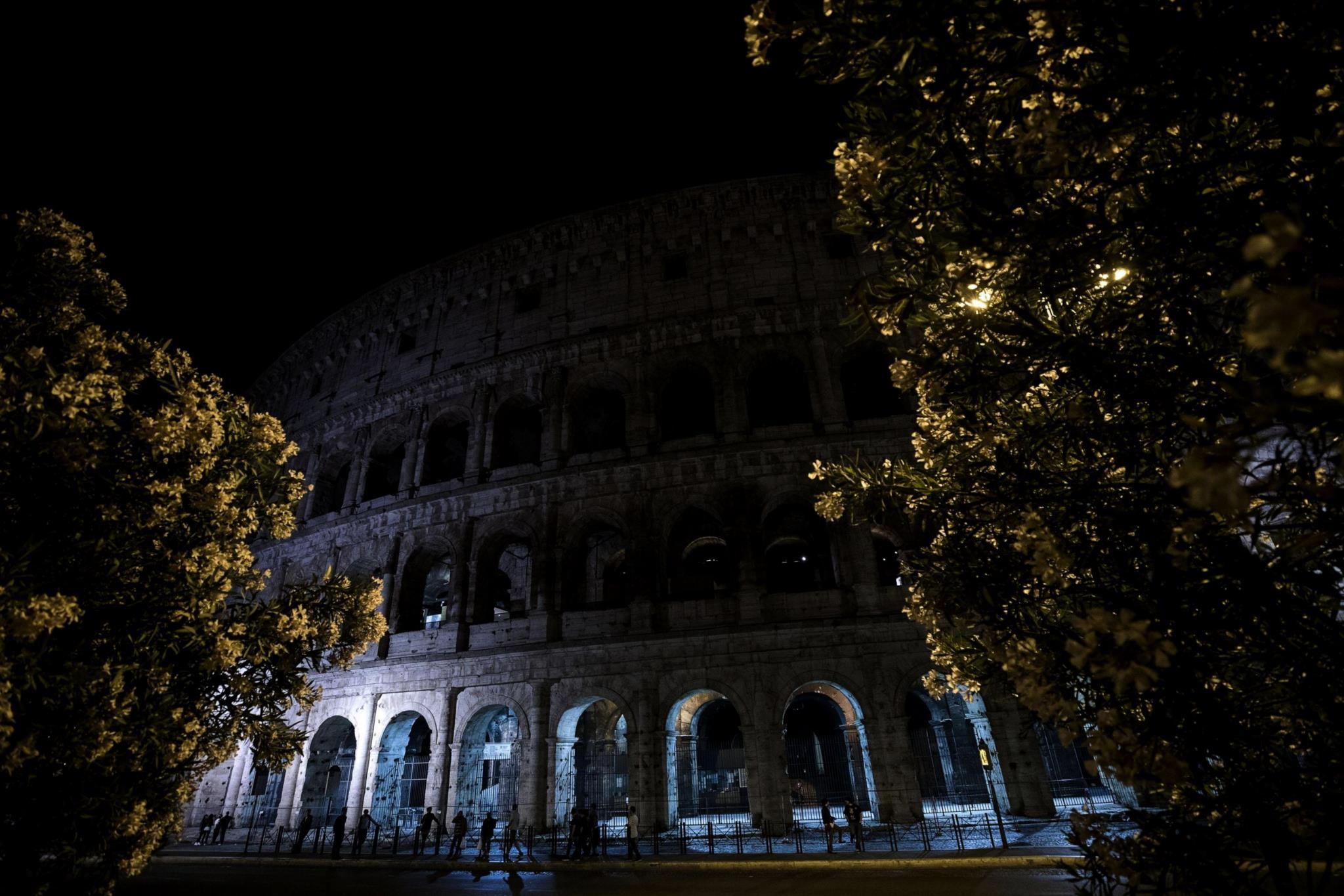 Em Roma, as luzes do Coliseu foram apagadas em memória das vítimas do atentado de Manchester