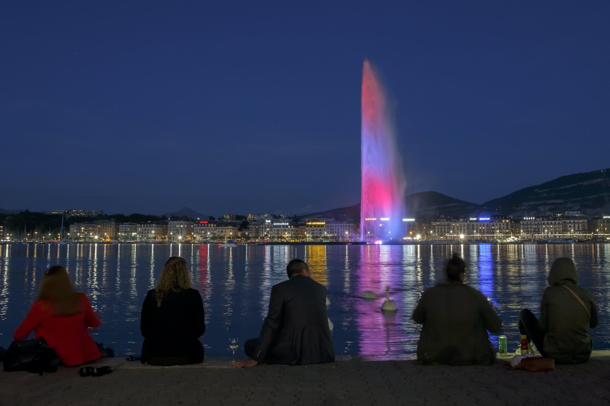 Em Géneva, na Suiça, uma fonte foi iluminada com as cores da bandeira do Reino Unido