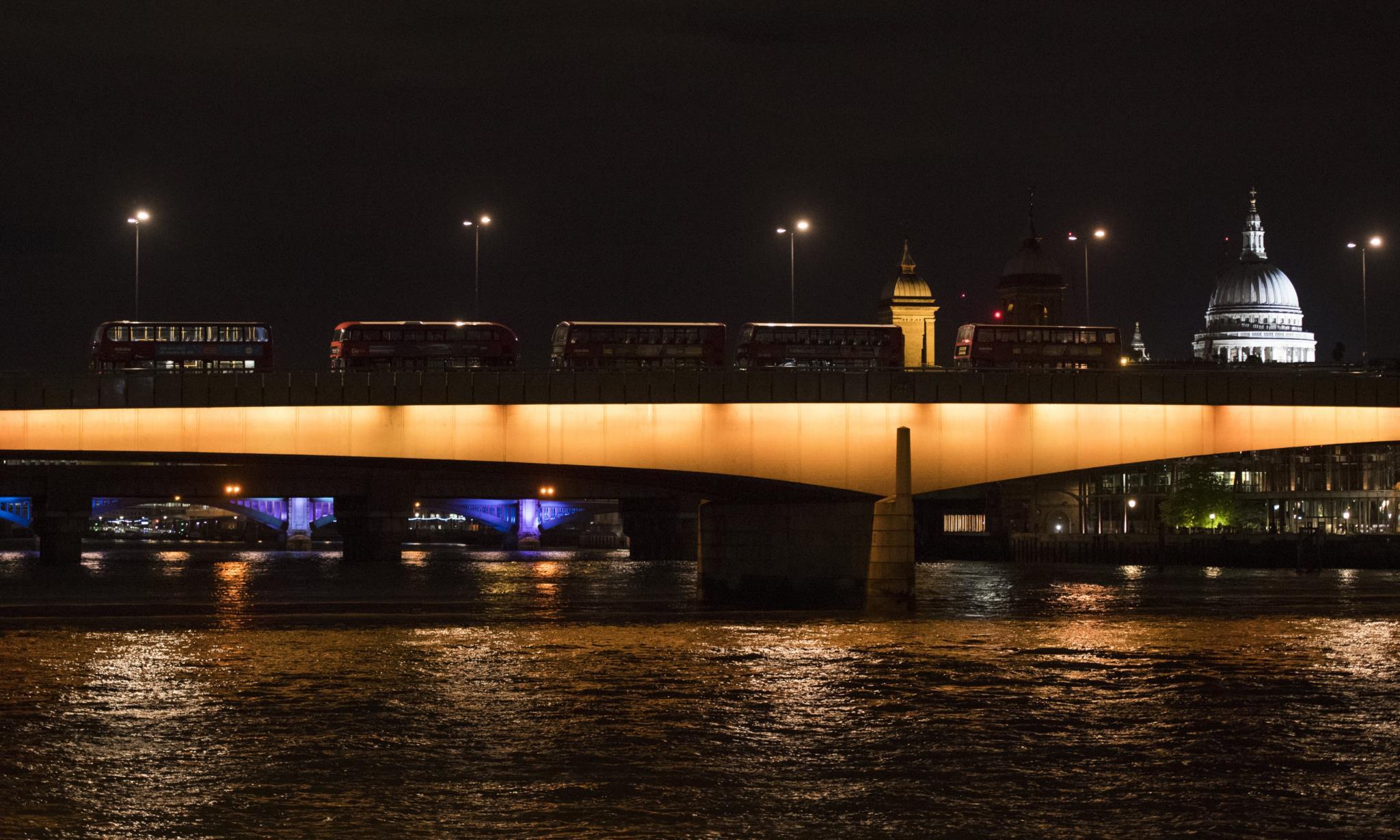 Uma carrinha atropelou várias pessoas na Ponte de Londres