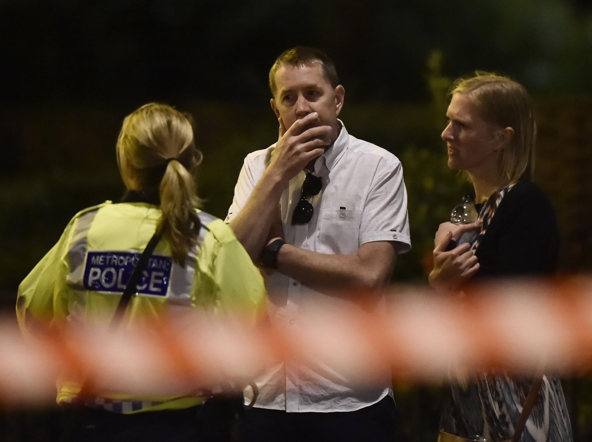 Pessoas falam com a polícia