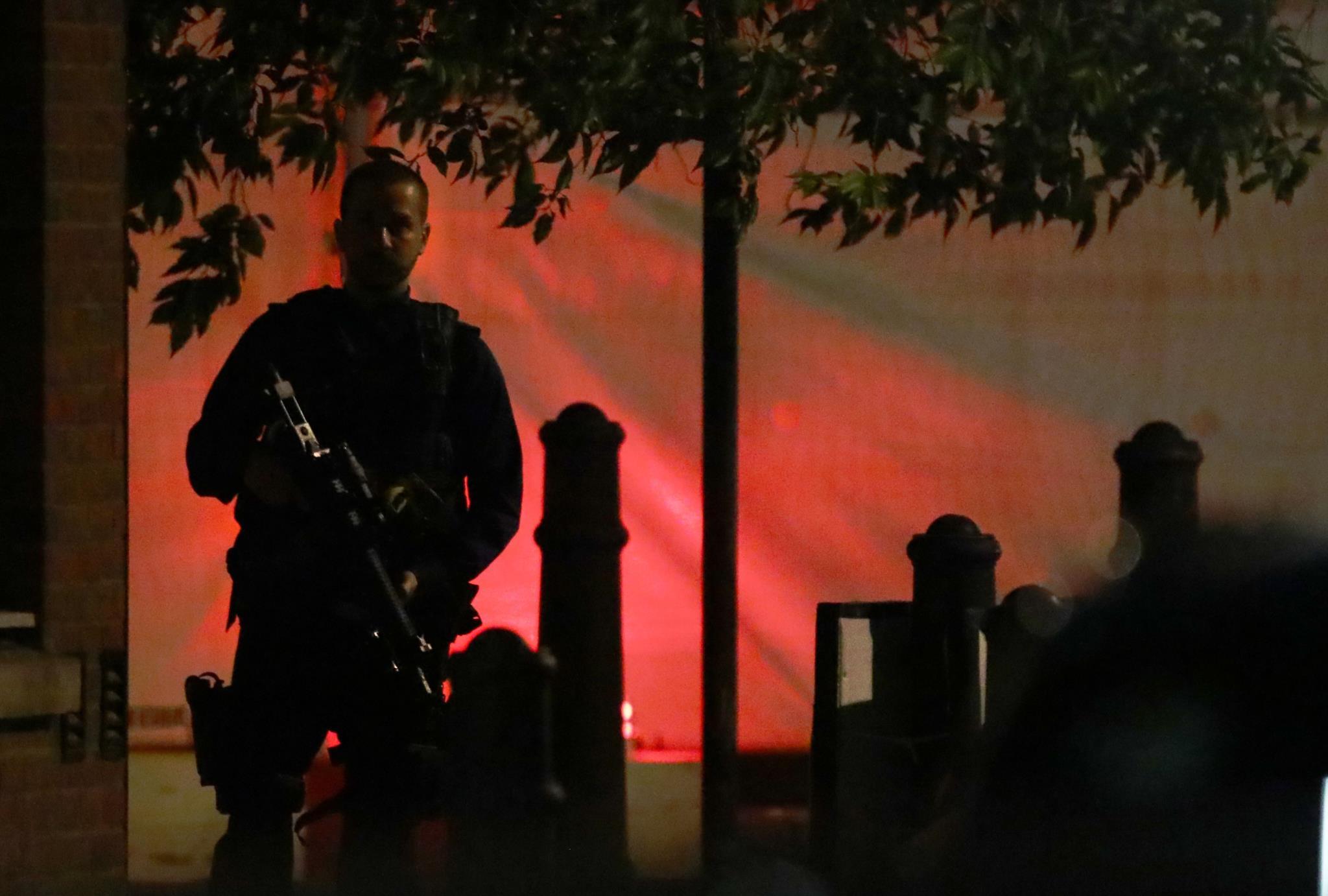 Polícia armado vigia a área da Ponte de LOndres