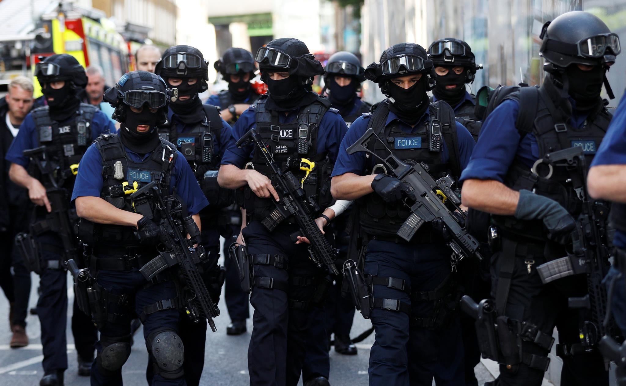 Polícias armados junto ao mercado de Borough, neste domingo de manhã, horas após o ataque neste local e na London Bridge.