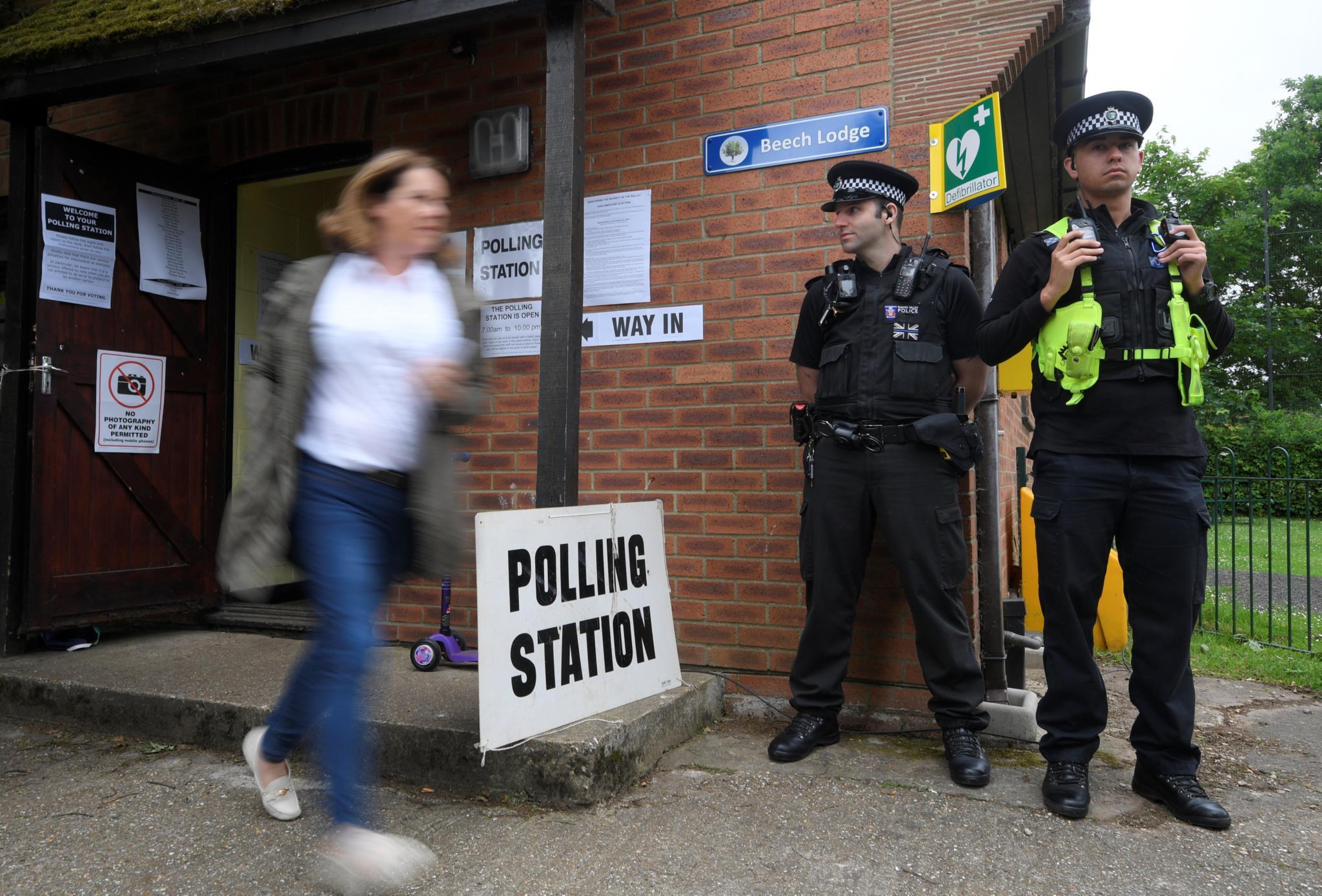 Eleitores à saída de uma assembleia de voto nesta quinta-feira