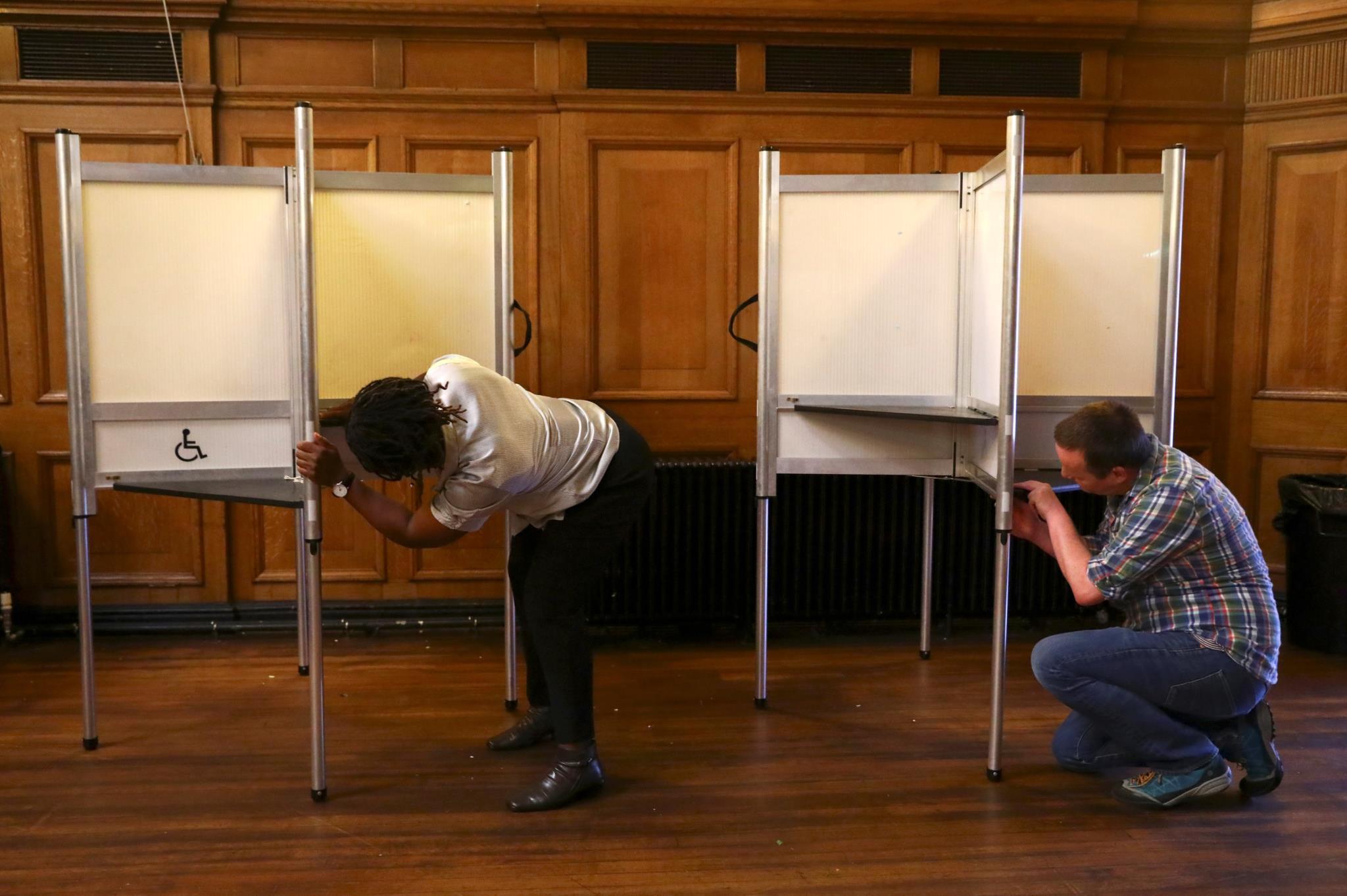 Preparação de uma assembleia de voto em Londres, antes da abertura das urnas