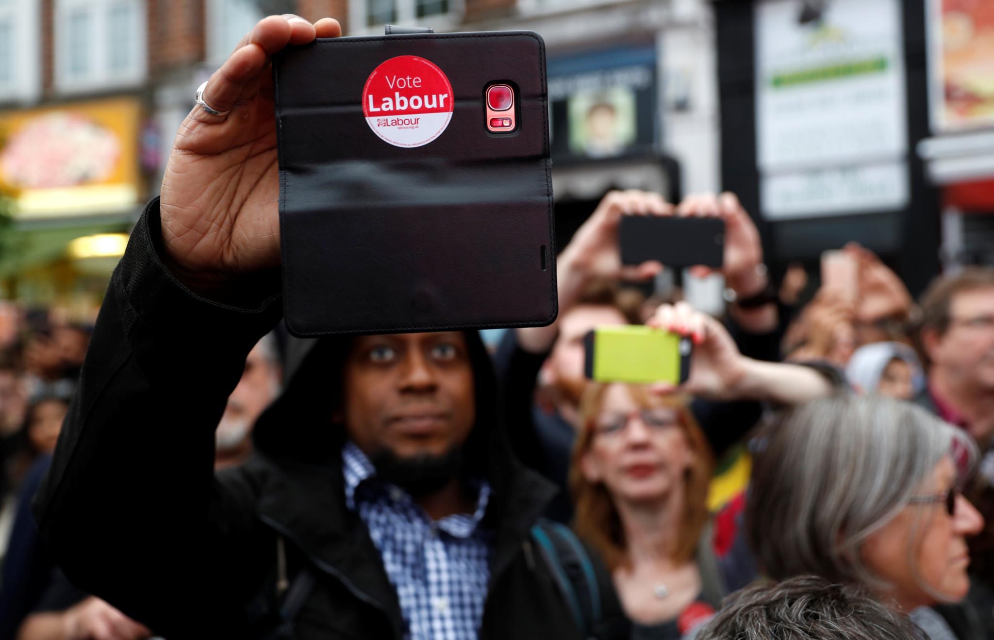 Um apoiante de Jeremy Corbyn, candidato do Partido Trabalhista, filma parte de um dos últimos comícios da campanha, antes da votação de quinta-feira