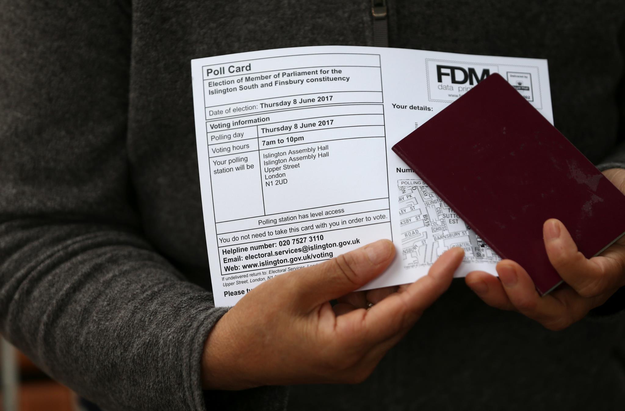 Uma eleitora segura os documentos enquanto aguarda vez, em Londres, para fazer a sua escolha nestas eleições antecipadas