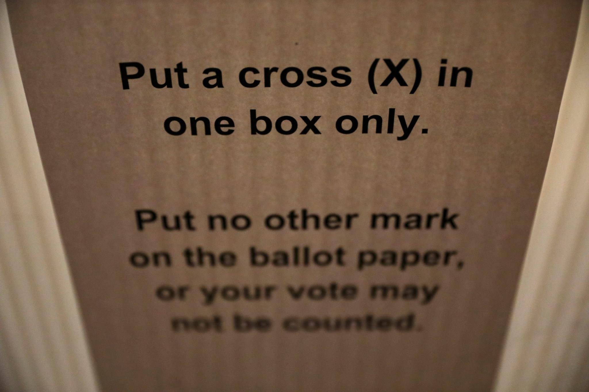 Instruções aos eleitores dentro das assembleias de voto