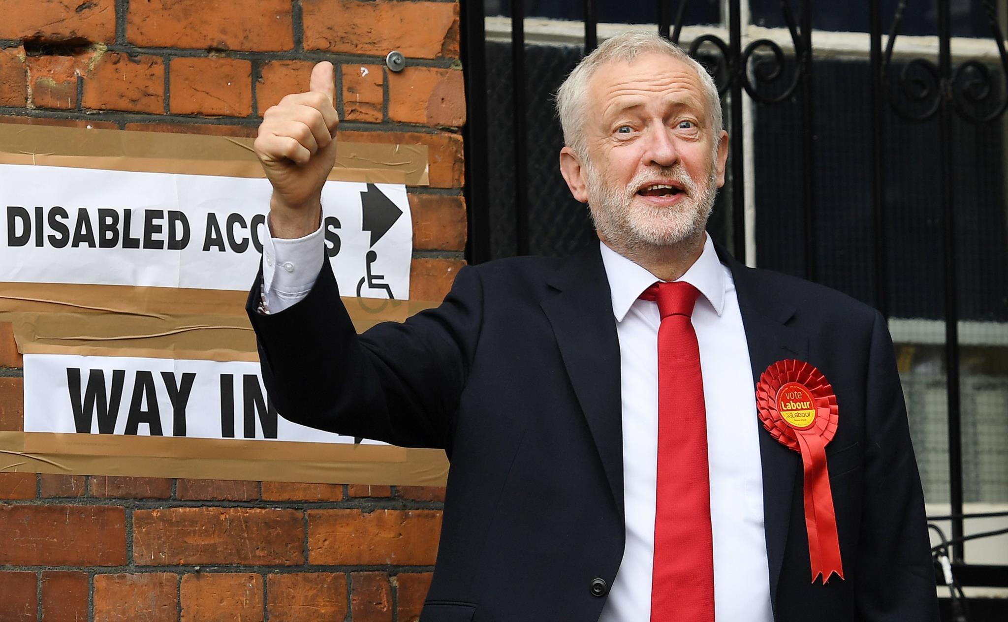 Jeremy Corbyn, líder dos trabalhistas, depois de exercer o direito de voto