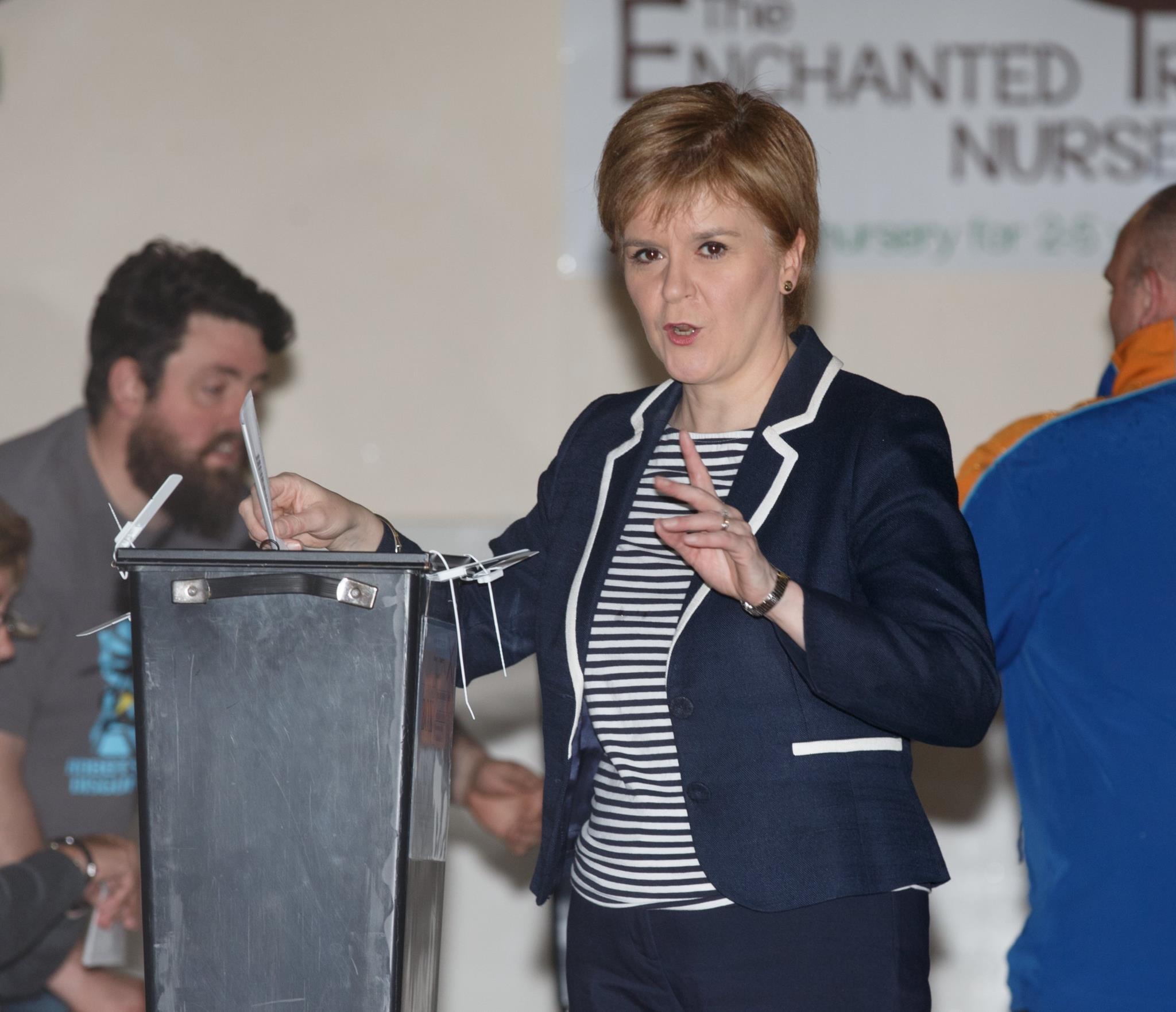 A líder escocesa, Nicola Sturgeon, posa para a fotografia no momento em que deposita o voto na urna