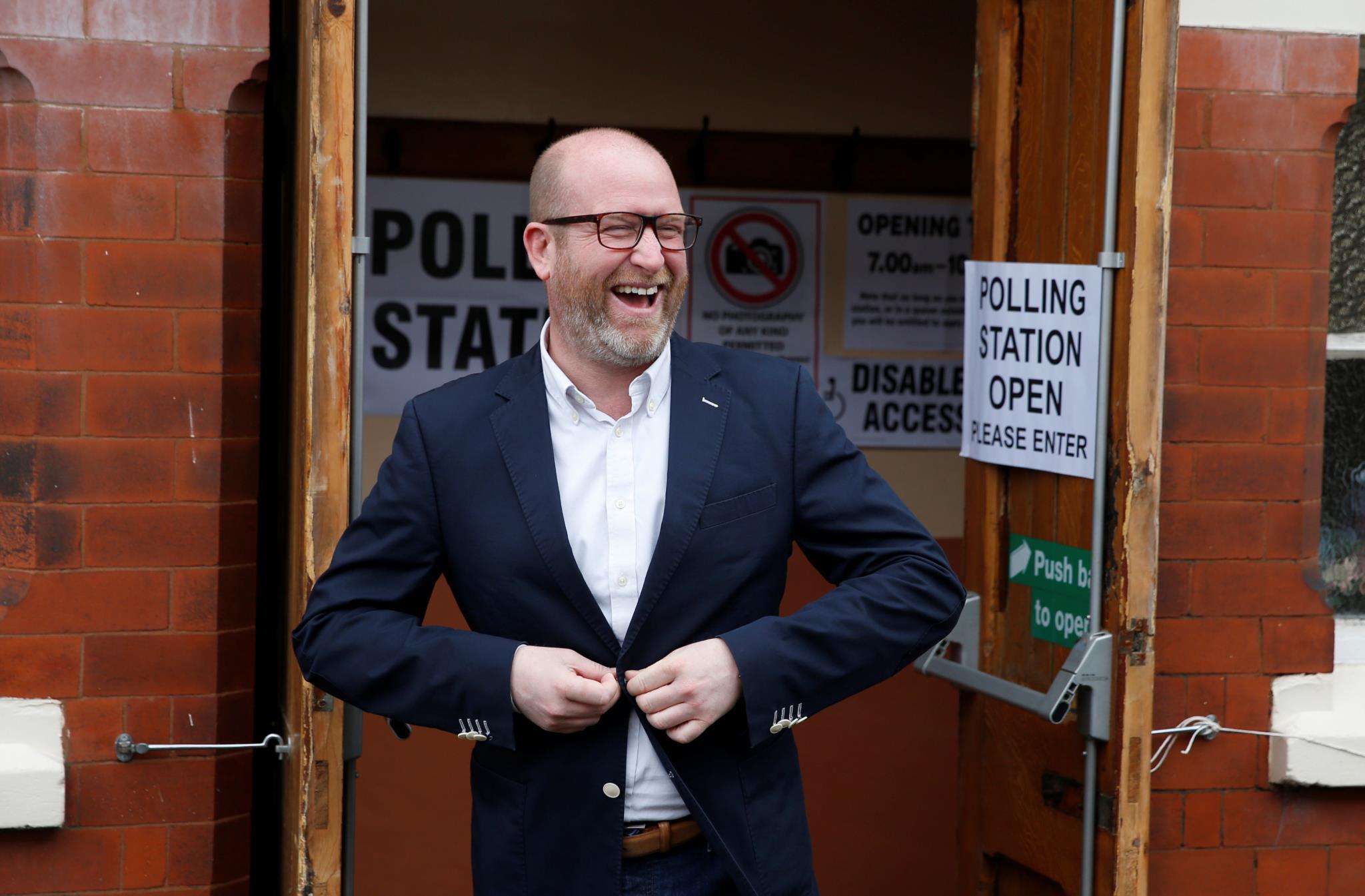 Paul Nutall, líder do UKIP, depois de votar em Congleton