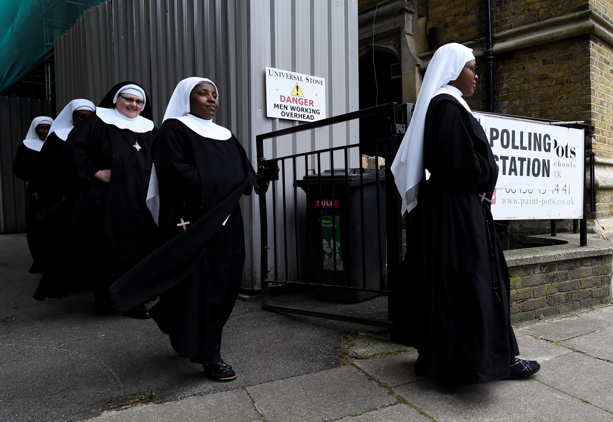 Freiras à saída de uma assembleia de voto em Hyde Park, Londres