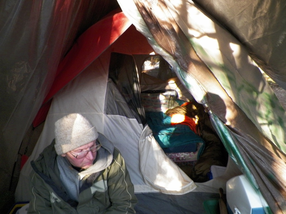 PÚBLICO - Knight montou o seu acampamento baseado numa prática de sobrevivência: nem no topo de uma colina, nem num vale, mas numa localização intermédia
