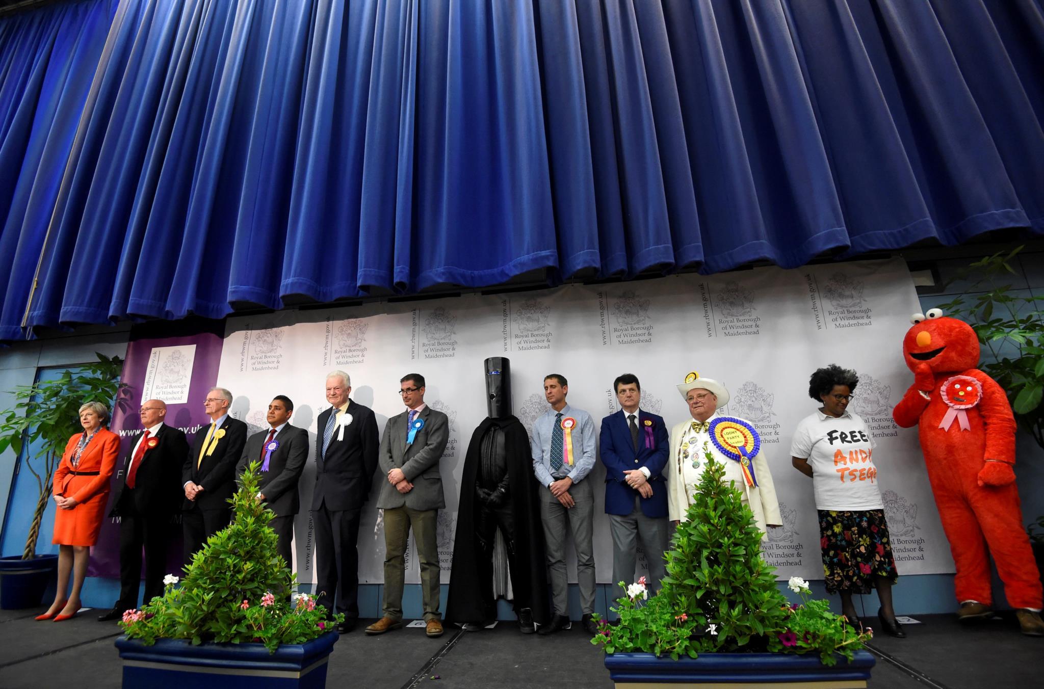 A primeira-ministra Theresa May aguarda pelo anúncio dos resultados no seu círculo eleitoral junto dos restantes candidatos
