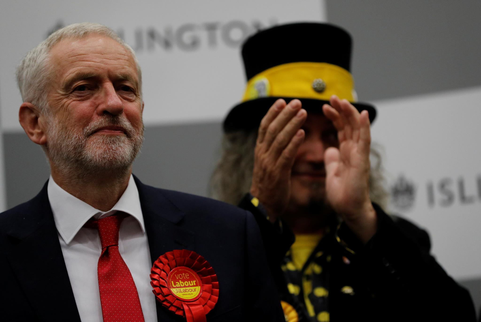 Jeremy Corbyn numa mesa de voto em Londres