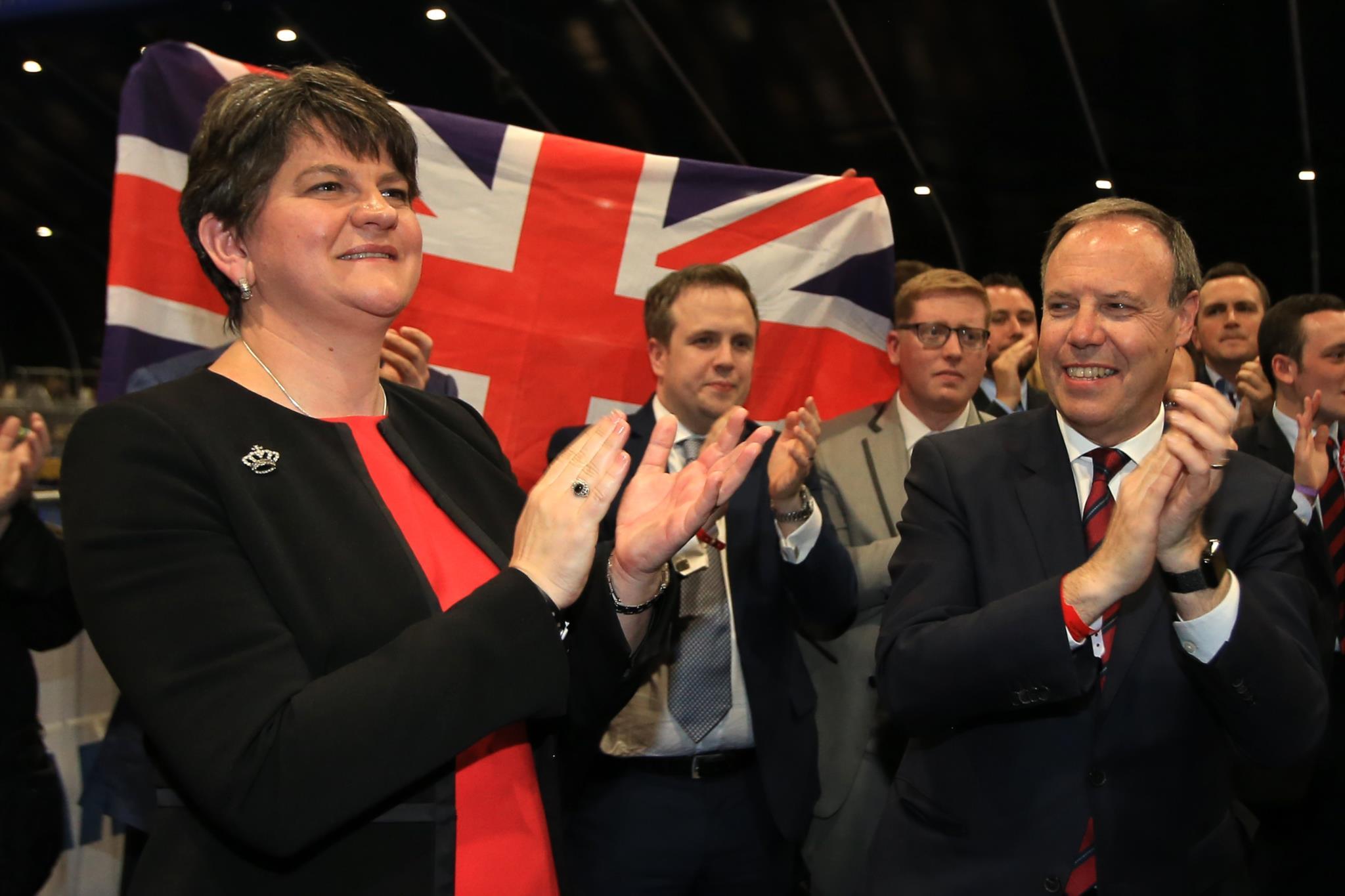 A líder do Partido Democrático Unionista, Arlene Foster, comemora a conquista do seu lugar no Parlamento britânico