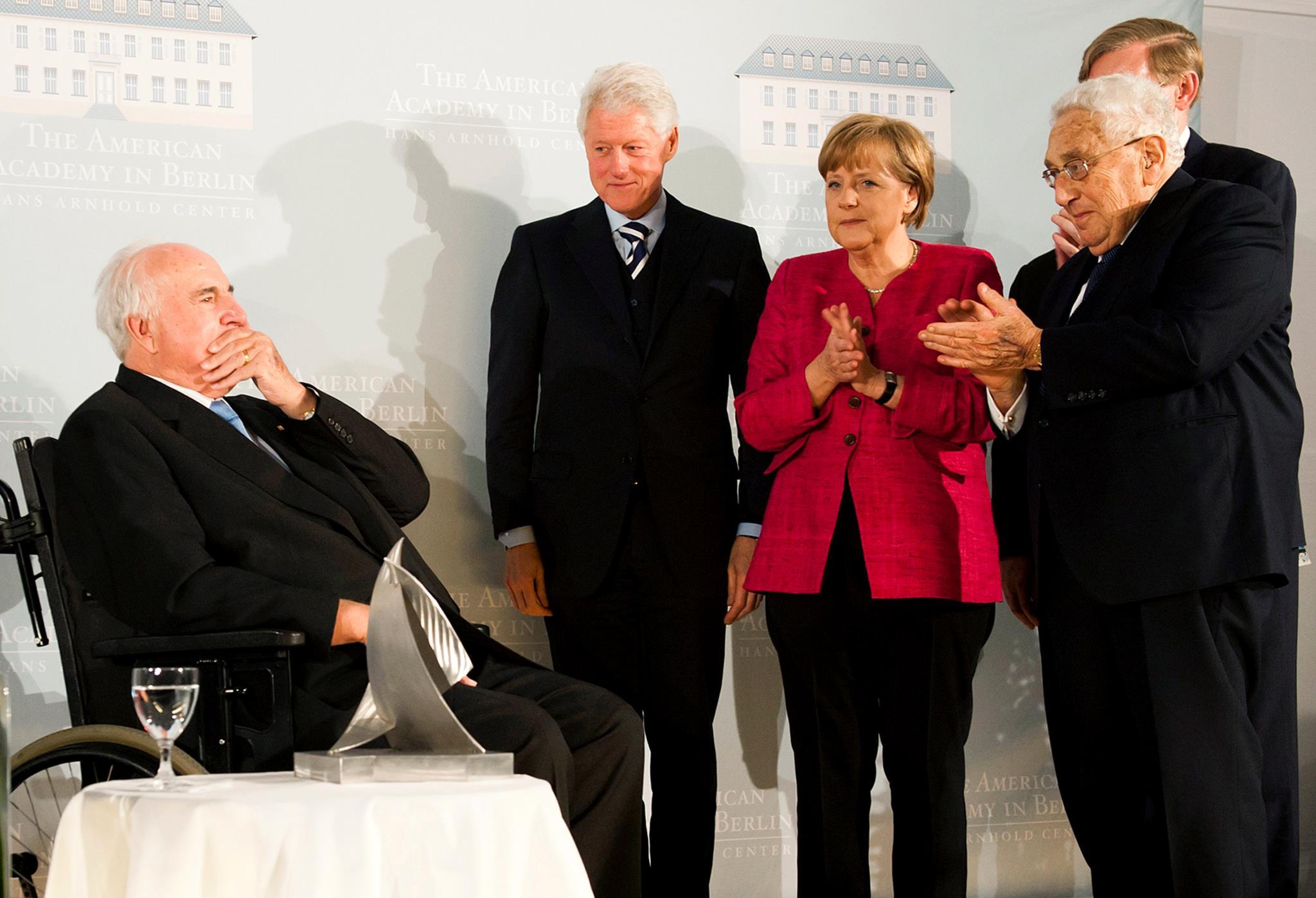 Helmut Kohl com Bill Clinton, Angela Merkel e Henry Kissinger após receber o prémio Henry A. Kissinger pela Academia Americana, em Berlim, 2011