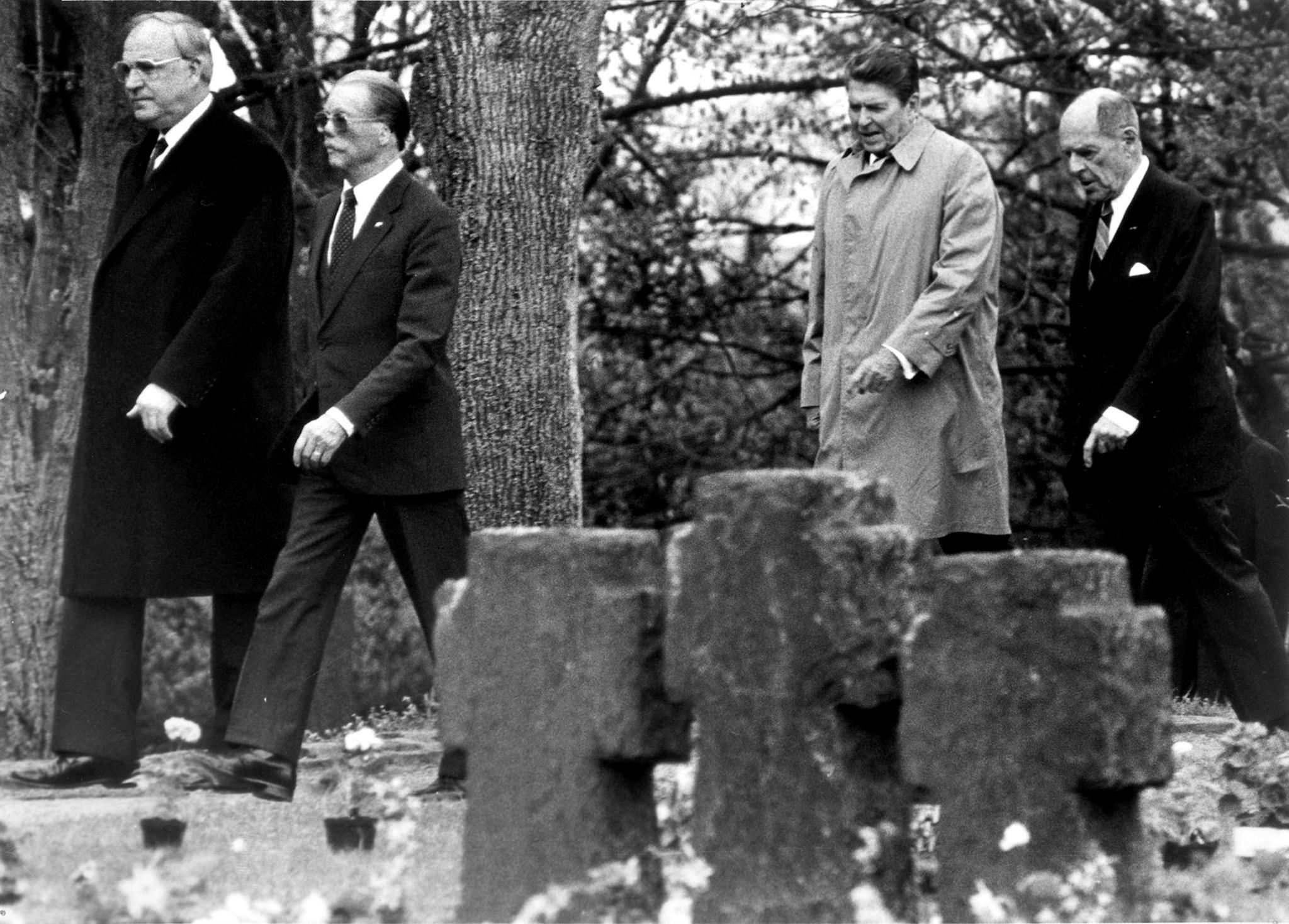 Helmut Kohl com o antigo general alemão da Força Aérea Johannes Steinhoff no cemitério alemão para militares, em Bitburg, 1985