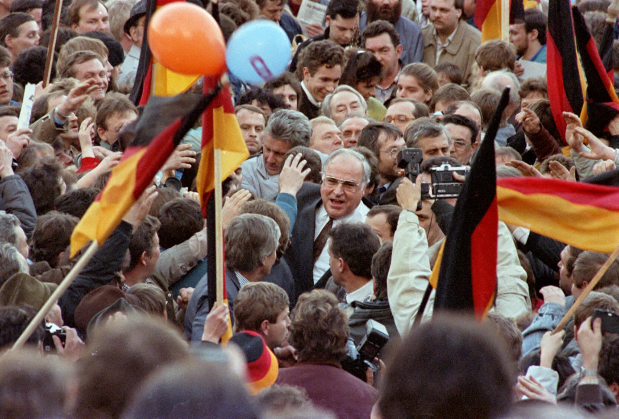 Helmut Kohl no meio de apoiantes do partido durante uma campanha, em 1990