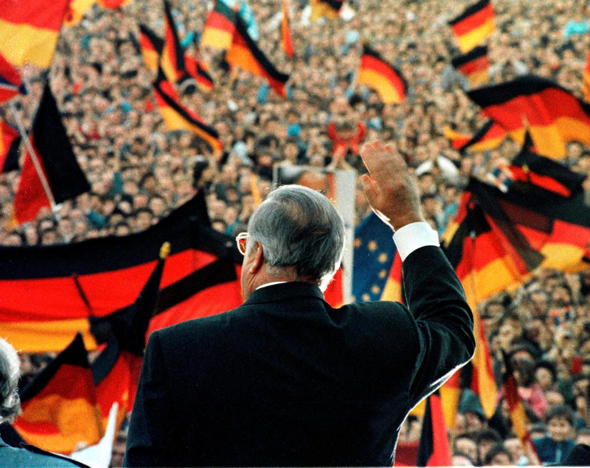Helmut Kohl durante uma manifestação eleitoral em Erfurt para as primeiras eleições livres na Alemanha Oriental, em 1990