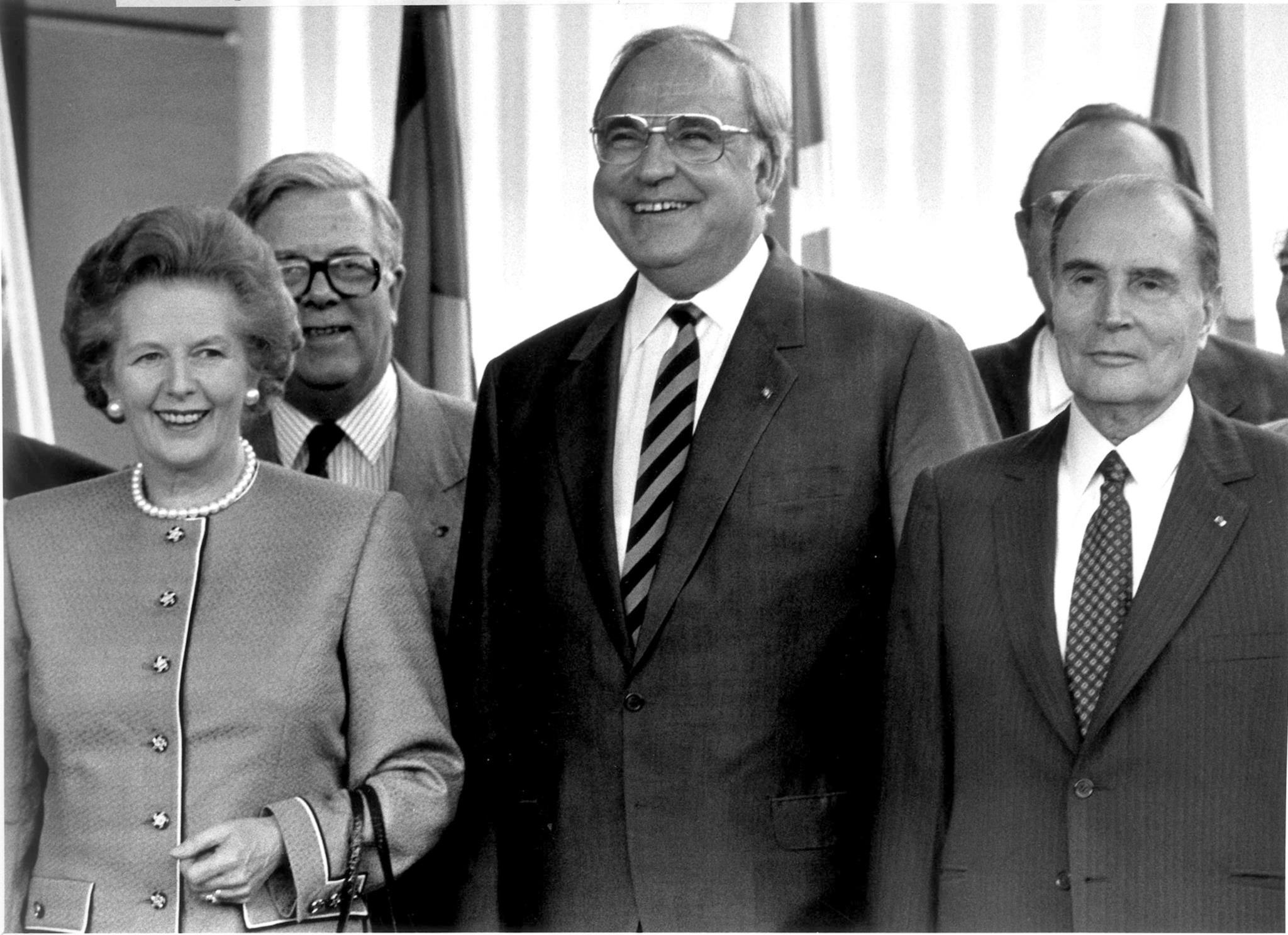 Helmut Kohl com a primeira-ministra da Grã-Bretanha, Margaret Thatcher, o Ministro dos Negócios Estrangeiros da Grã-Bretanha, Geoffrey Howe e o Presidente da França, François Mitterrand, durante uma cimeira da Comunidade Europeia em Hanover, 1988