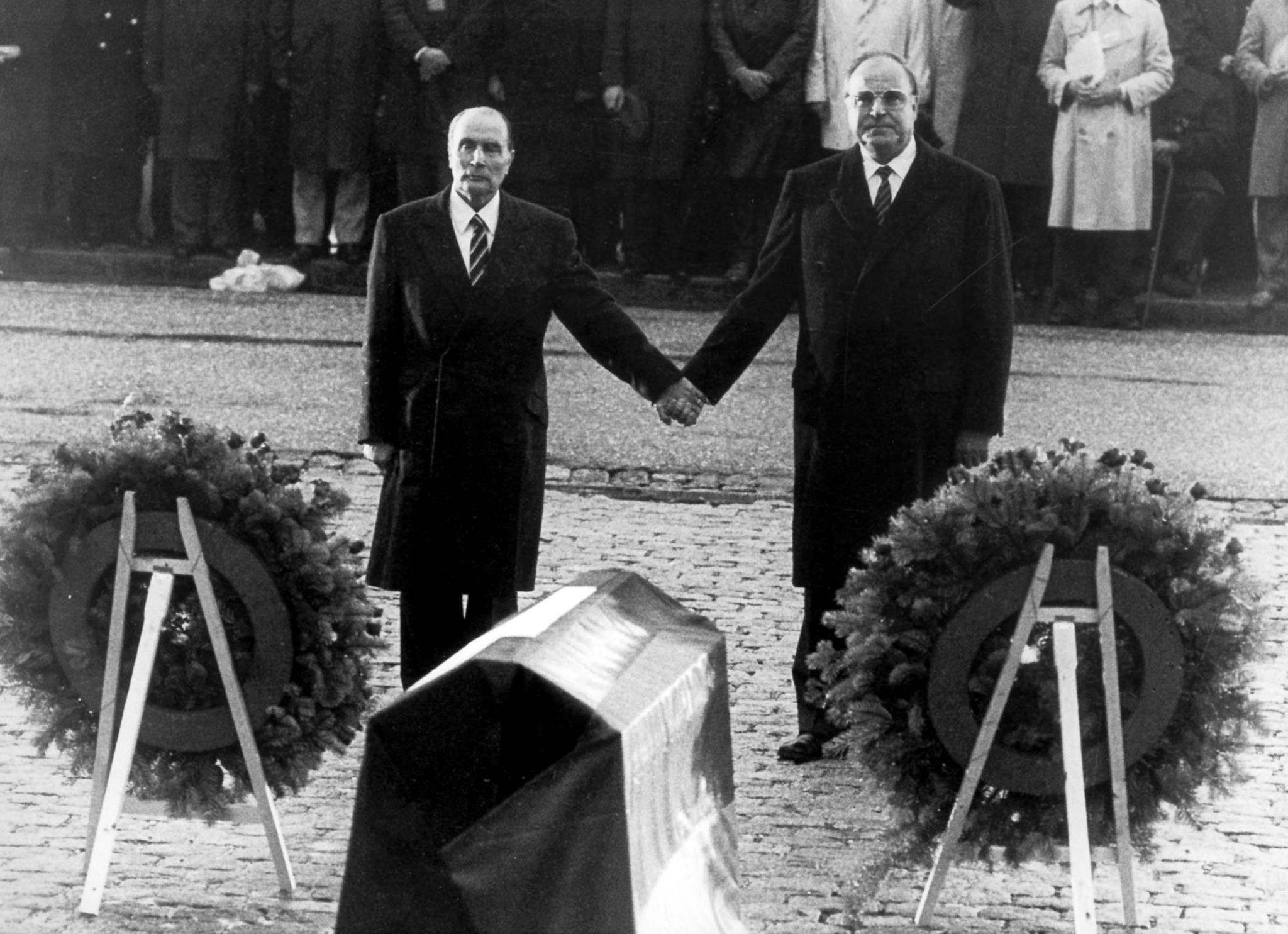 Helmut Kohl e o Presidente francês François Mitterrand dão as mãos durante uma homenagem aos mortos da Primeira Guerra Mundial, em 1984