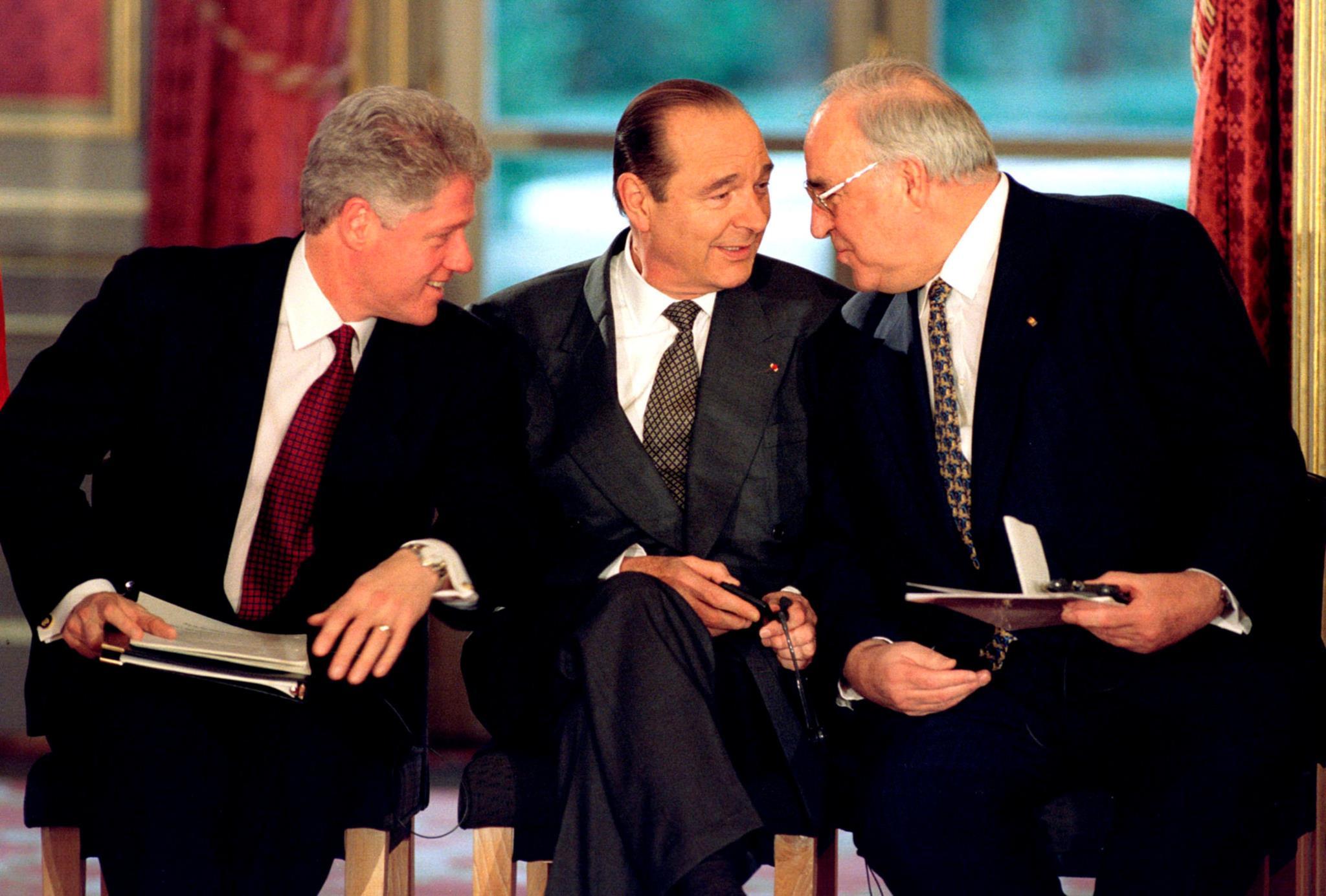 Bill Clinton, Jacques Chirac e Helmut Kohl durante a assinatura do acordo de Dayton para a Paz na Bósnia e Herzegovina, em Paris,1995