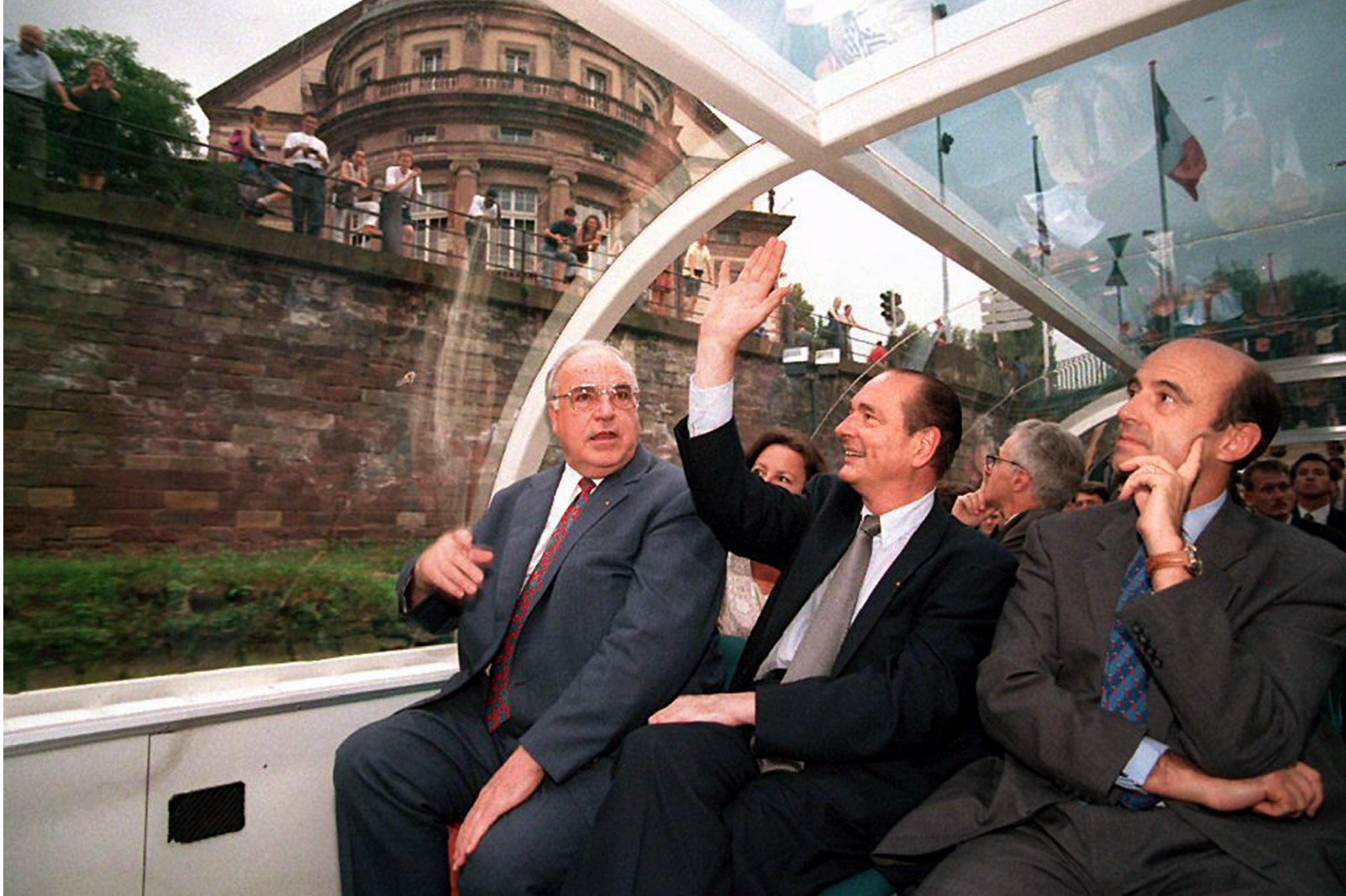 Helmut Kohl com o Presidente francês Jacques Chirac e o primeiro-ministro francês Alain Juppe durante um passeio de barco no final da cimeira franco-alemã