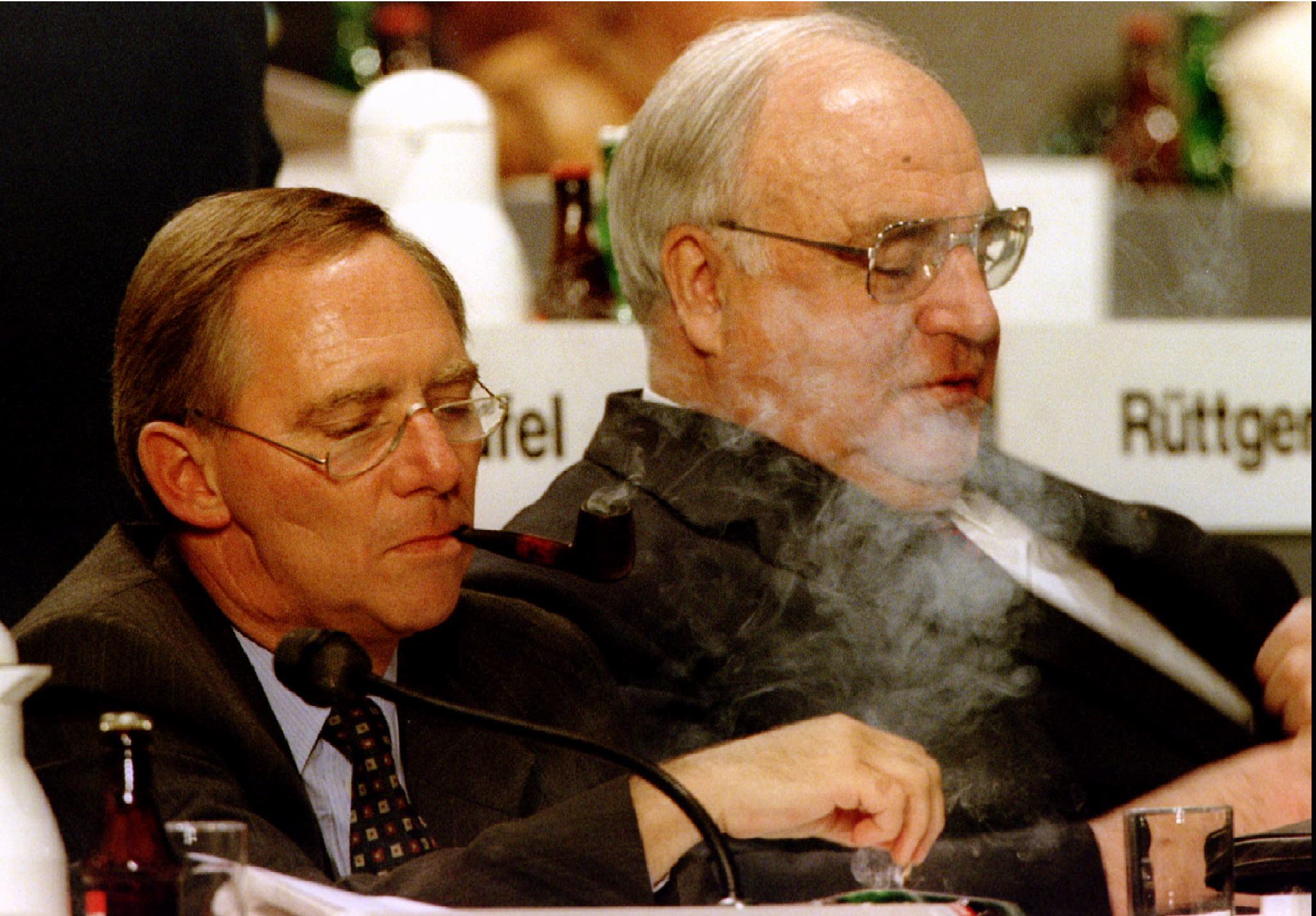 Helmut Kohl e o político alemão do partido União Democrata-Cristã (CDU)  Wolfgang Schaeuble durante um plenário do partido, em Karlsruhe, 1995