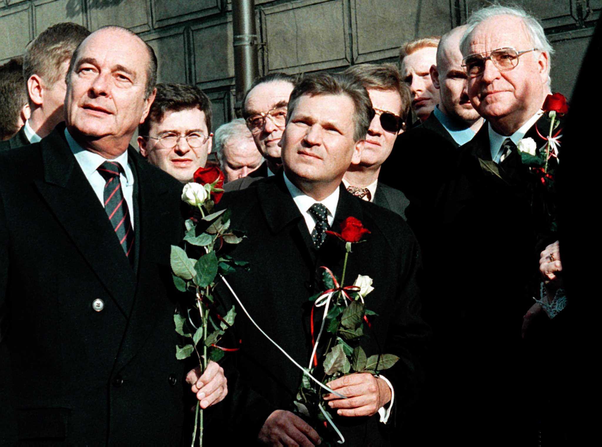 O Presidente francês Jacques Chirac com o Presidente polaco Aleksander Kwasniewski e o chanceler alemão Helmut Kohl após a cerimónia oficial de boas-vindas na Praça do Mercado em Poznan, Polónia
