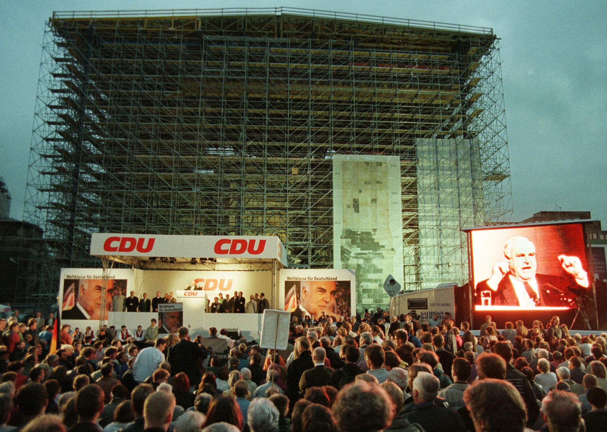 Helmut Kohl durante uma campanha do partido União Democrata-Cristã (CDU)