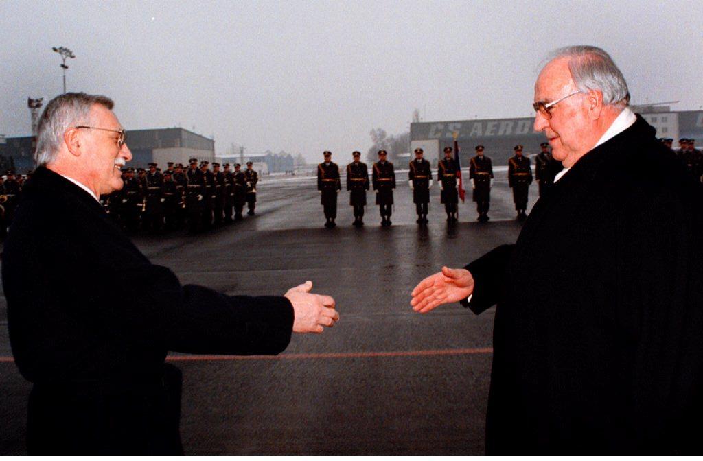 Helmut Kohl cumprimenta o Presidente da República Checa Vaclav Klaus durante a sua visita a Praga, 1997
