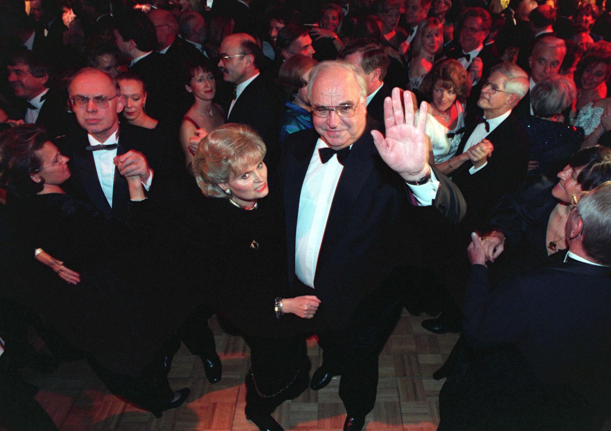 Helmut Kohl dança com a sua primeira mulher, Hannelor, 1997