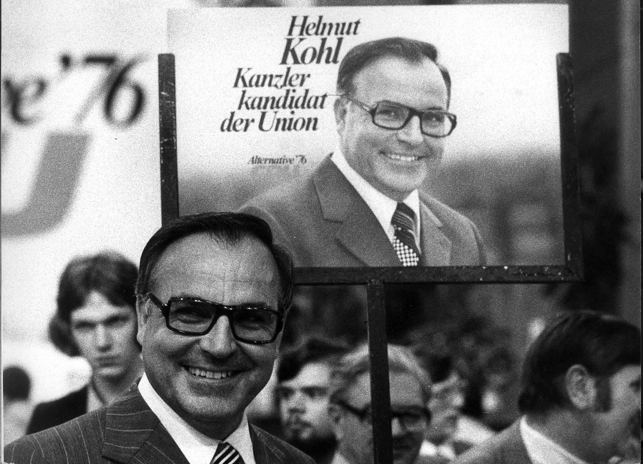 Helmut Kohl à frente de um poster da sua campanha, 1975