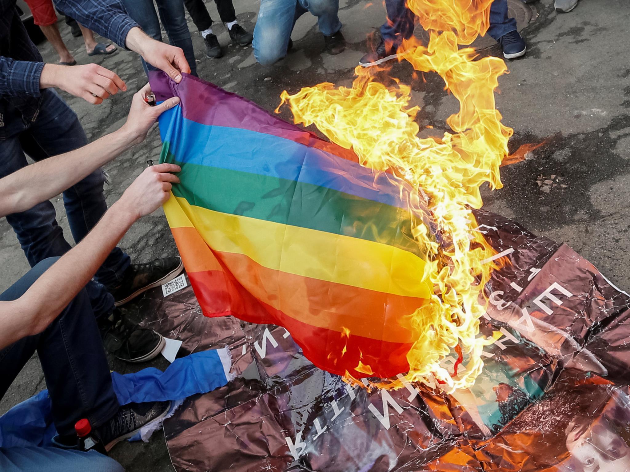 Manifestantes anti-LGBT incendeiam bandeira durante a cerimónia de abertura da parada gay em Kiev, na Ucrânia