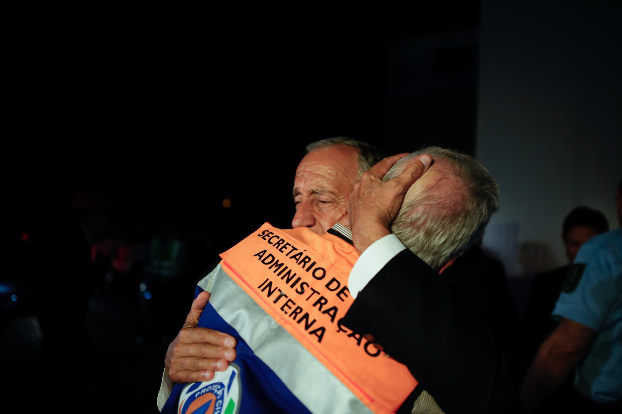 Marcelo Rebelo de Sousa abraça o secretário de Estado da Administração Interna, Jorge Gomes