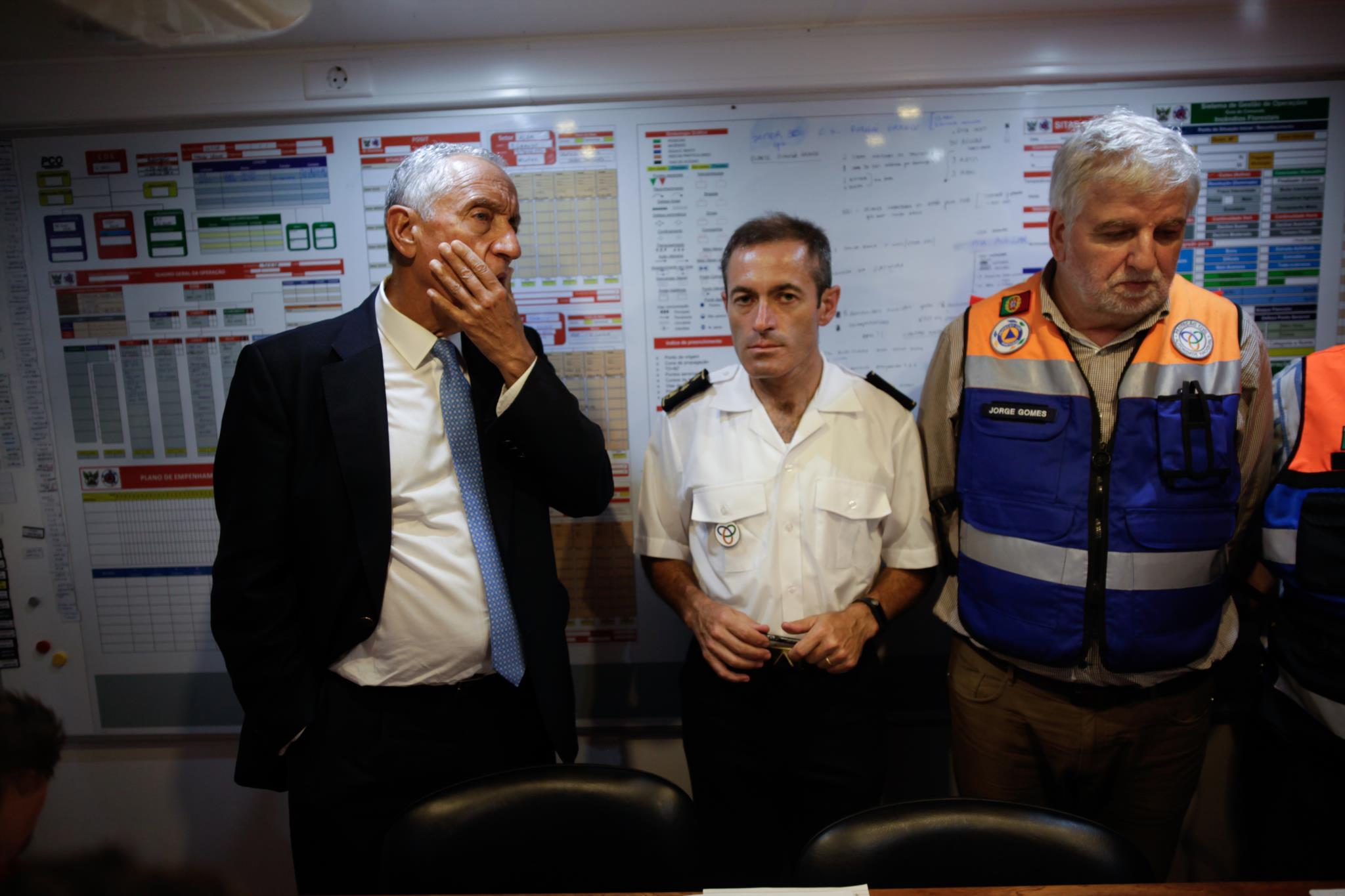 Marcelo Rebelo de Sousa com o comandante da Protecção Civil e o secretário de Estado da Administração Interna, Jorge Gomes
