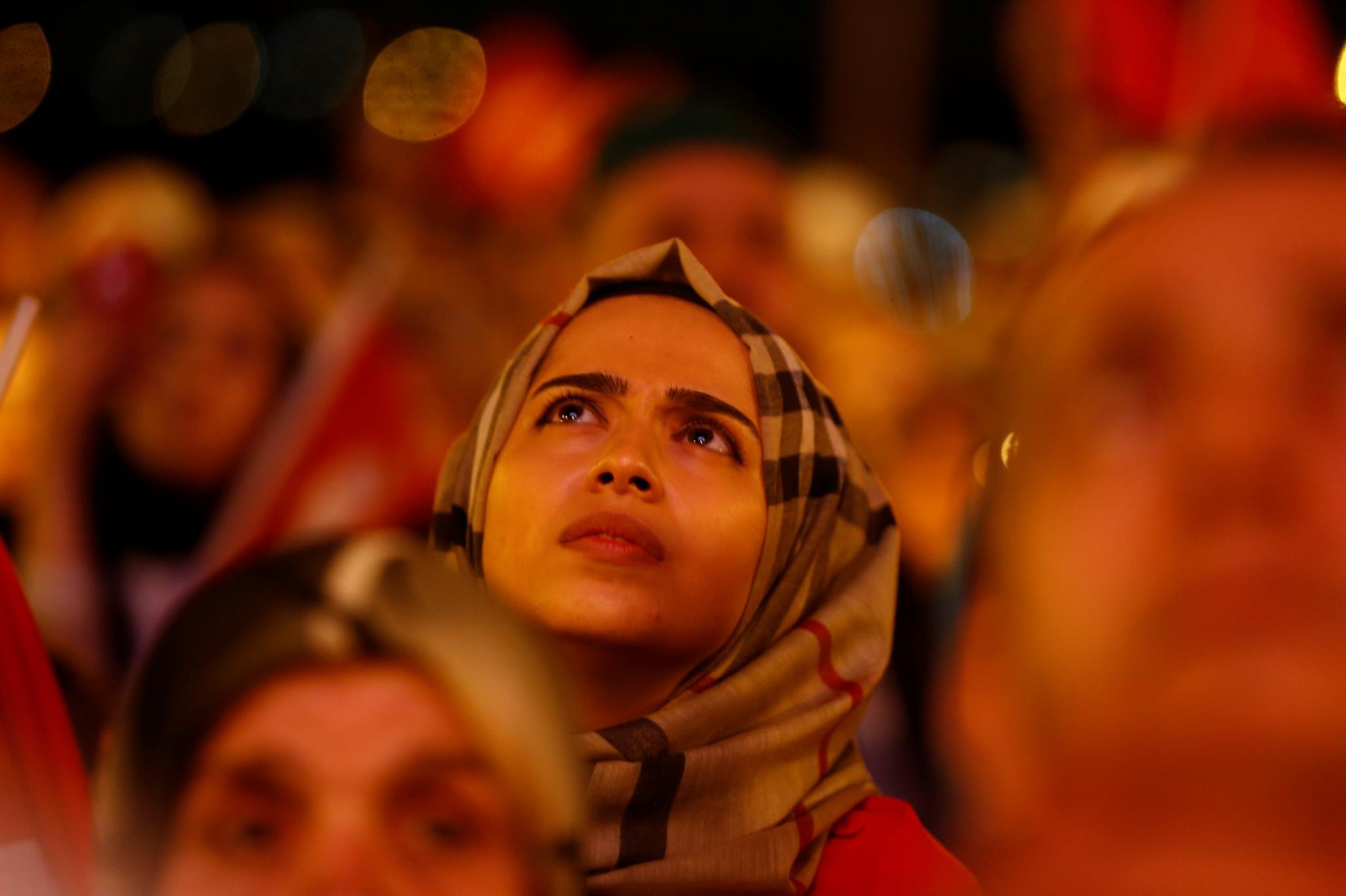 Uma apoiante do Presidente turco Recep Tayyip Erdogan à escuta durante um discurso de Erdogan