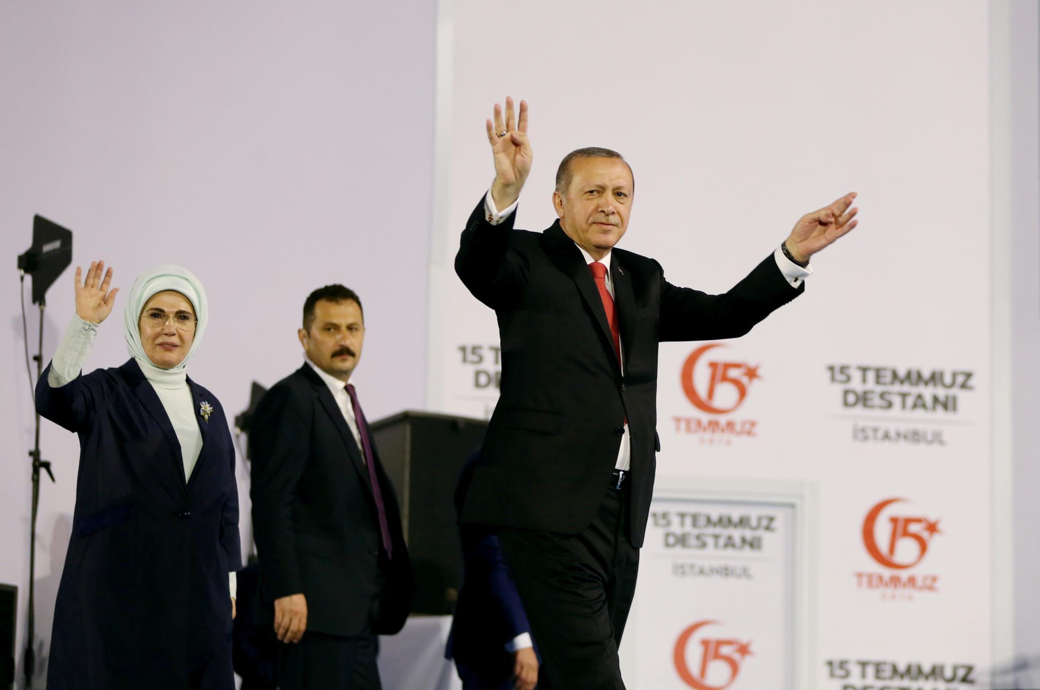 Erdogan e a mulher, Emine Erdogan, saúdam apoiantes quando chegam ao local do evento que assianala a tentativa falhada de golple de Estado de 2016