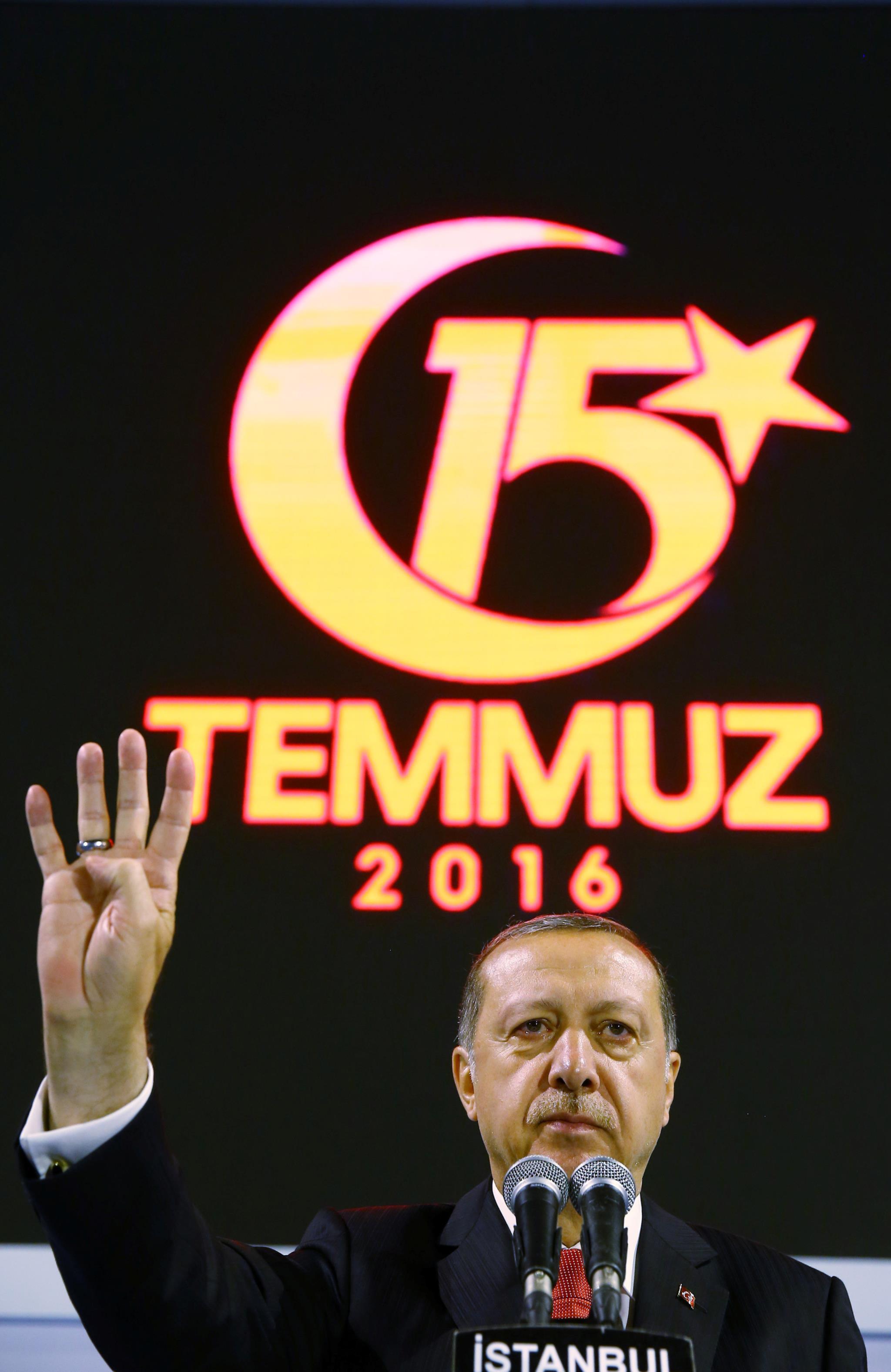 Erdogan enquanto fala num gigantesco comício