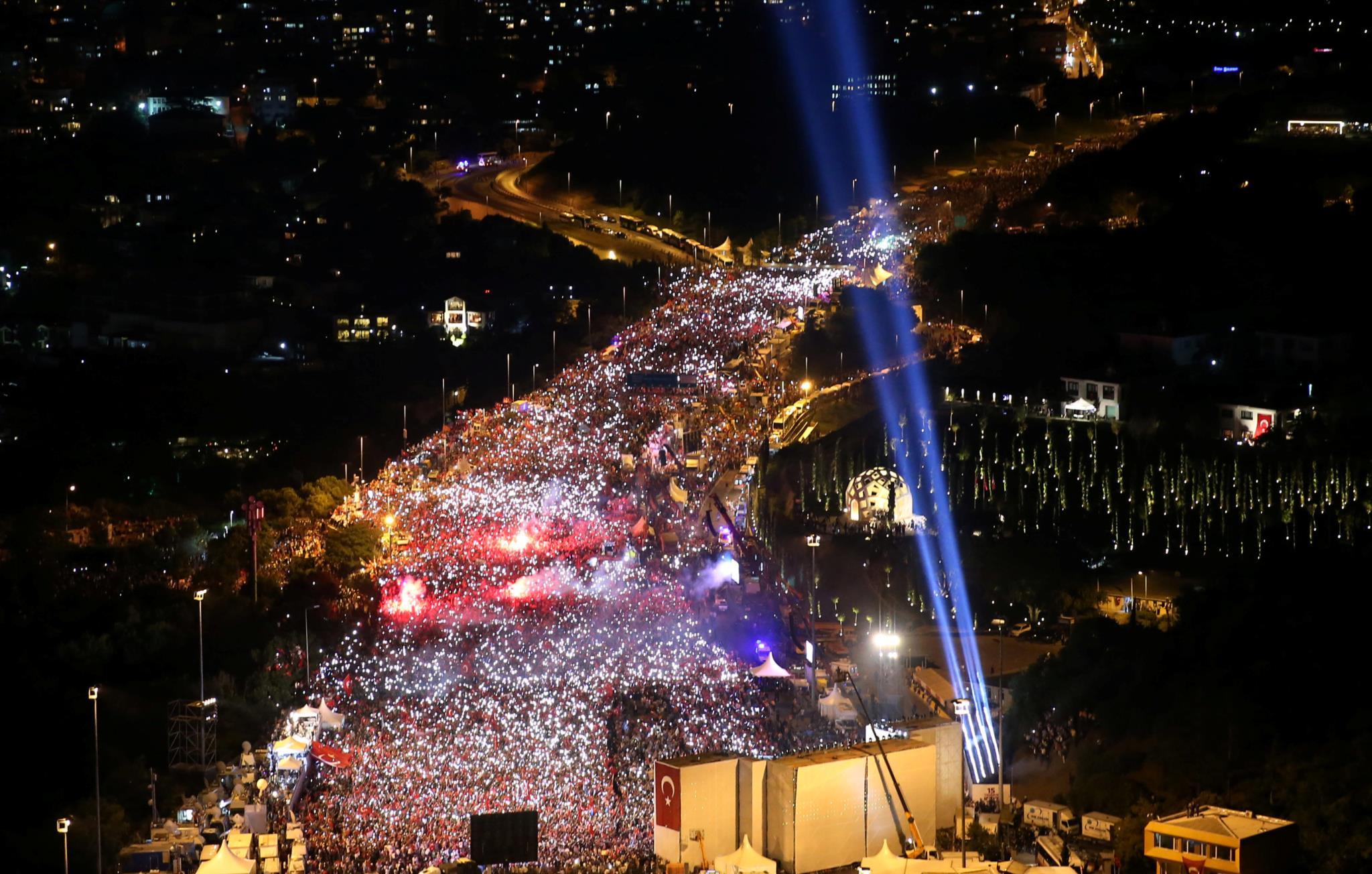 Milhares de pessoas juntaram-se nas ruas de Istambul, onde os golpistas actuaram primeiro, numa ponte junto ao Bósforo.