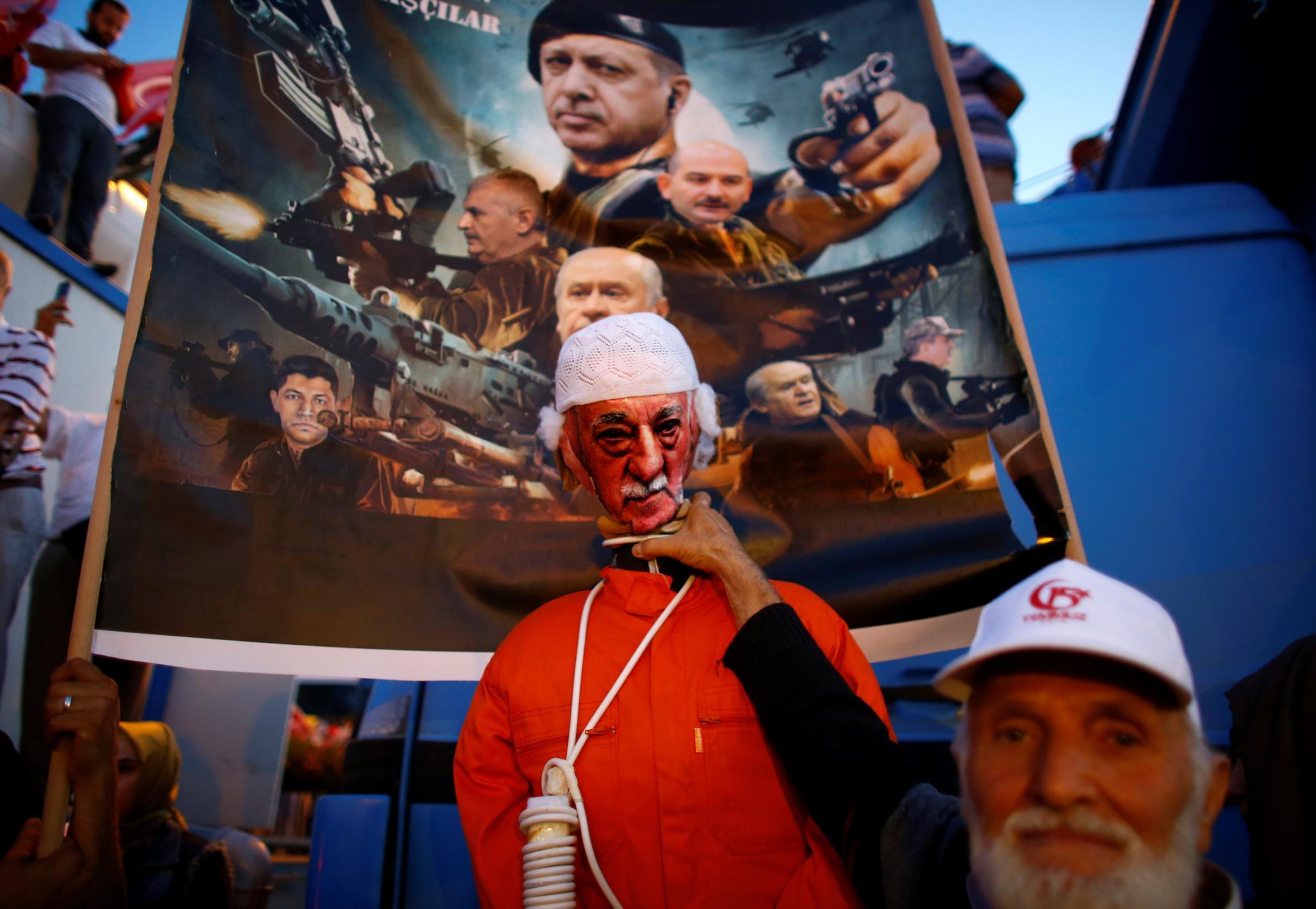 Um homem exibe um boneco que pretende ser a representação de Fethullah Gulen, o clérigo turco que vive nos EUA e que segundo Ancara é o responsável pelo golpe falhado