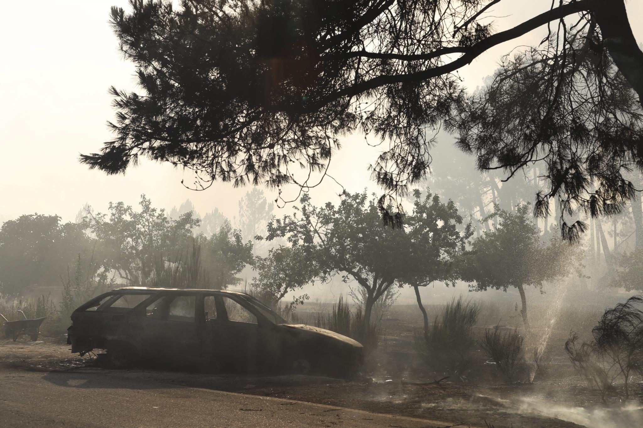 Viatura carbonizada pelas chamas em Alijó