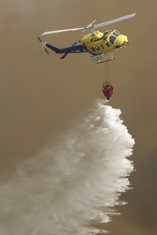 Um dos dois helicópteros mobilizados para este incêndio acabou por cair. O piloto saiu ileso
