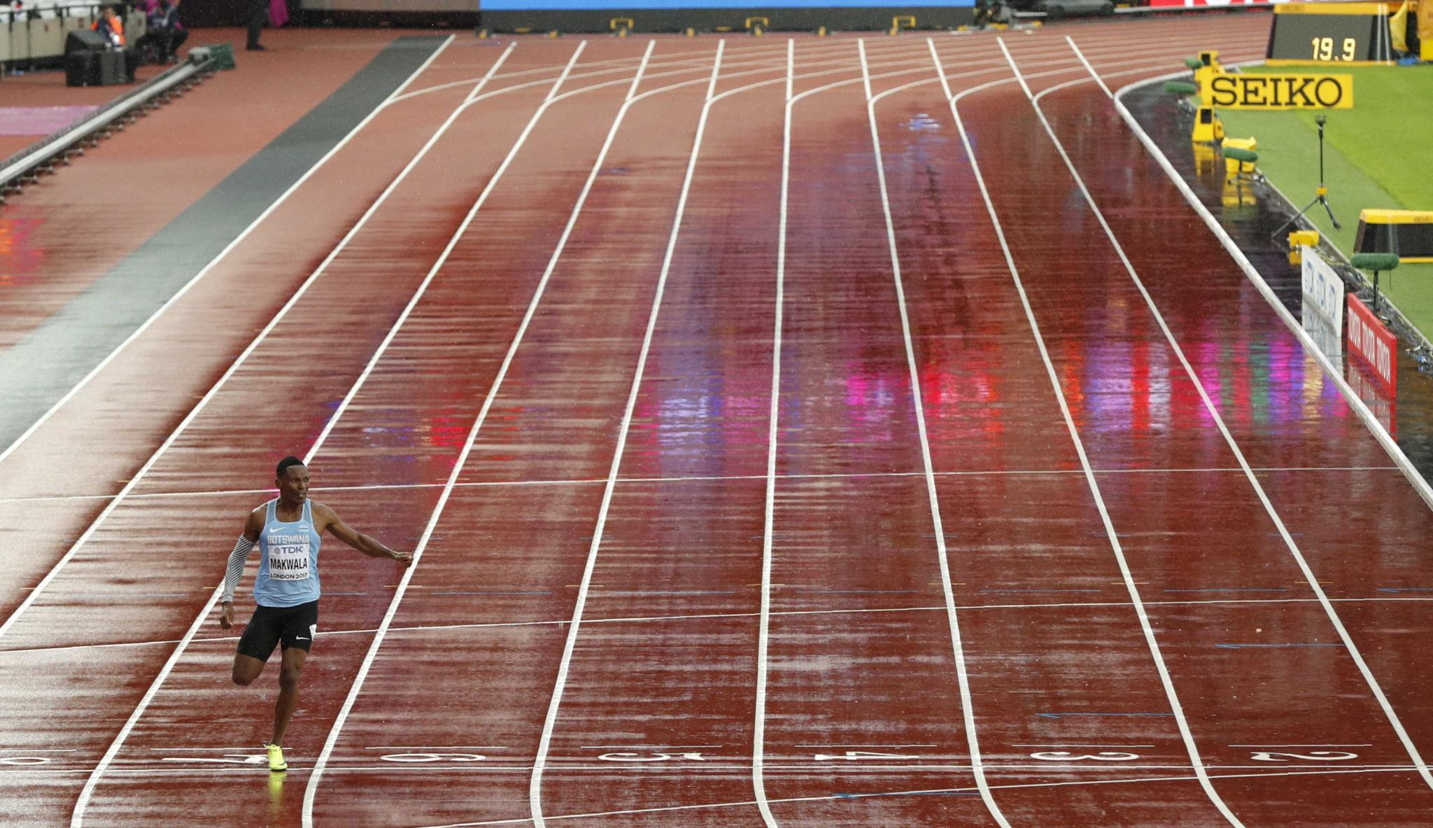Isaac Makwala correu, sozinho, em 20,20s os 200m da prova