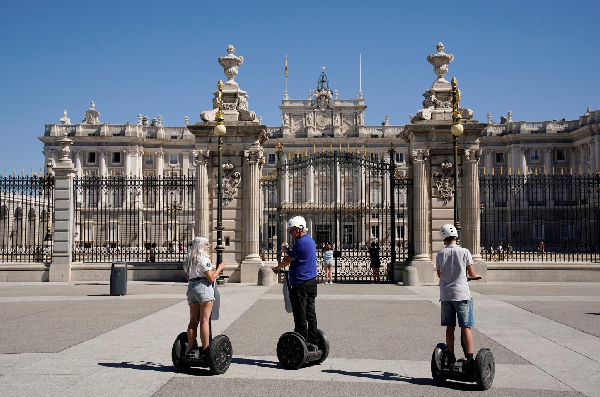 Turistas em <i>segways</i> em frente ao palácio real em Madrid