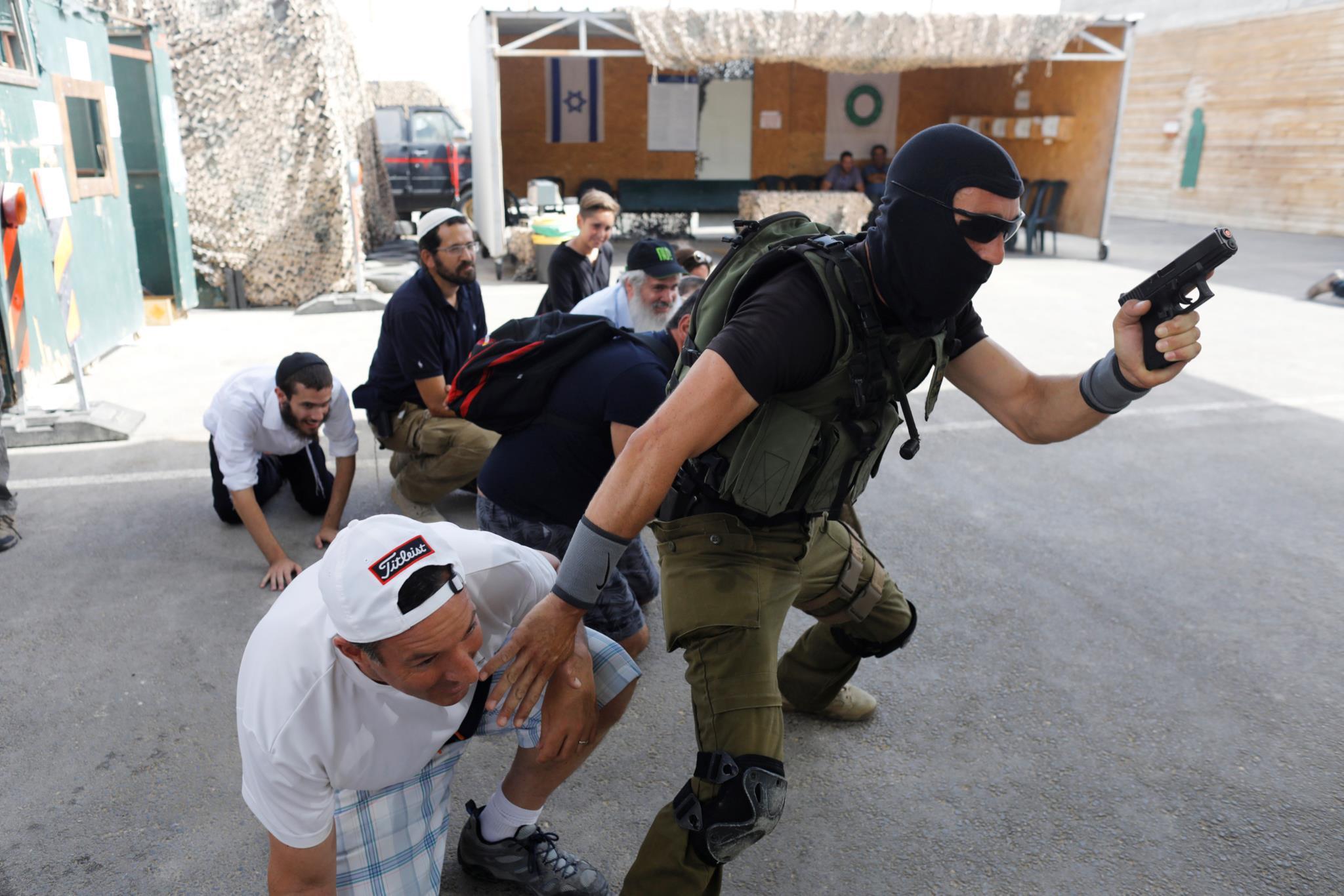 """Um grupo de turistas participa num """"boot camp"""" de duas horas na Academia Israelita de contra-terrorismo em Jerusalém"""