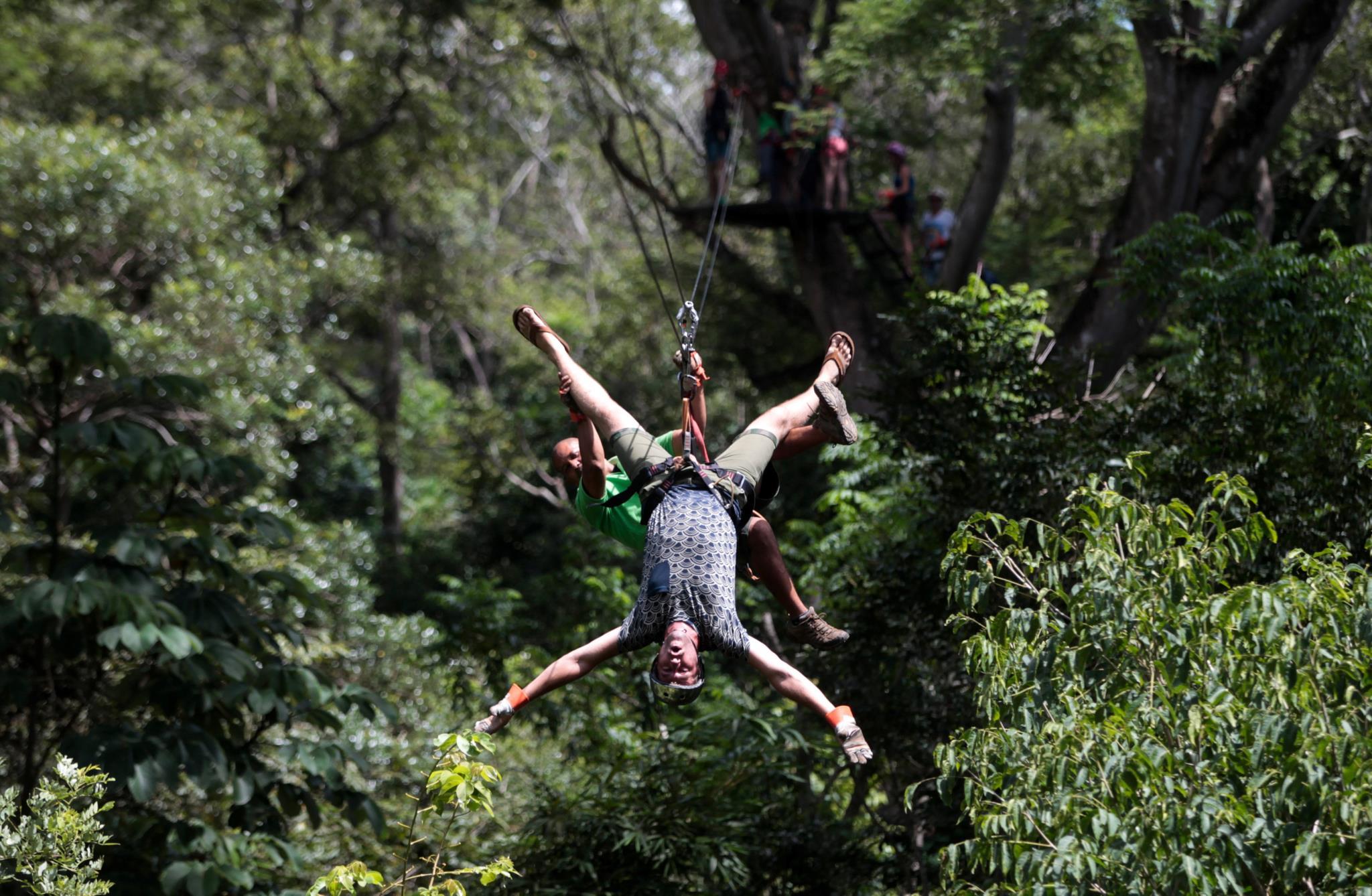 Turista atravessa o vulcão Mombacho em Granada, na Nicarágua