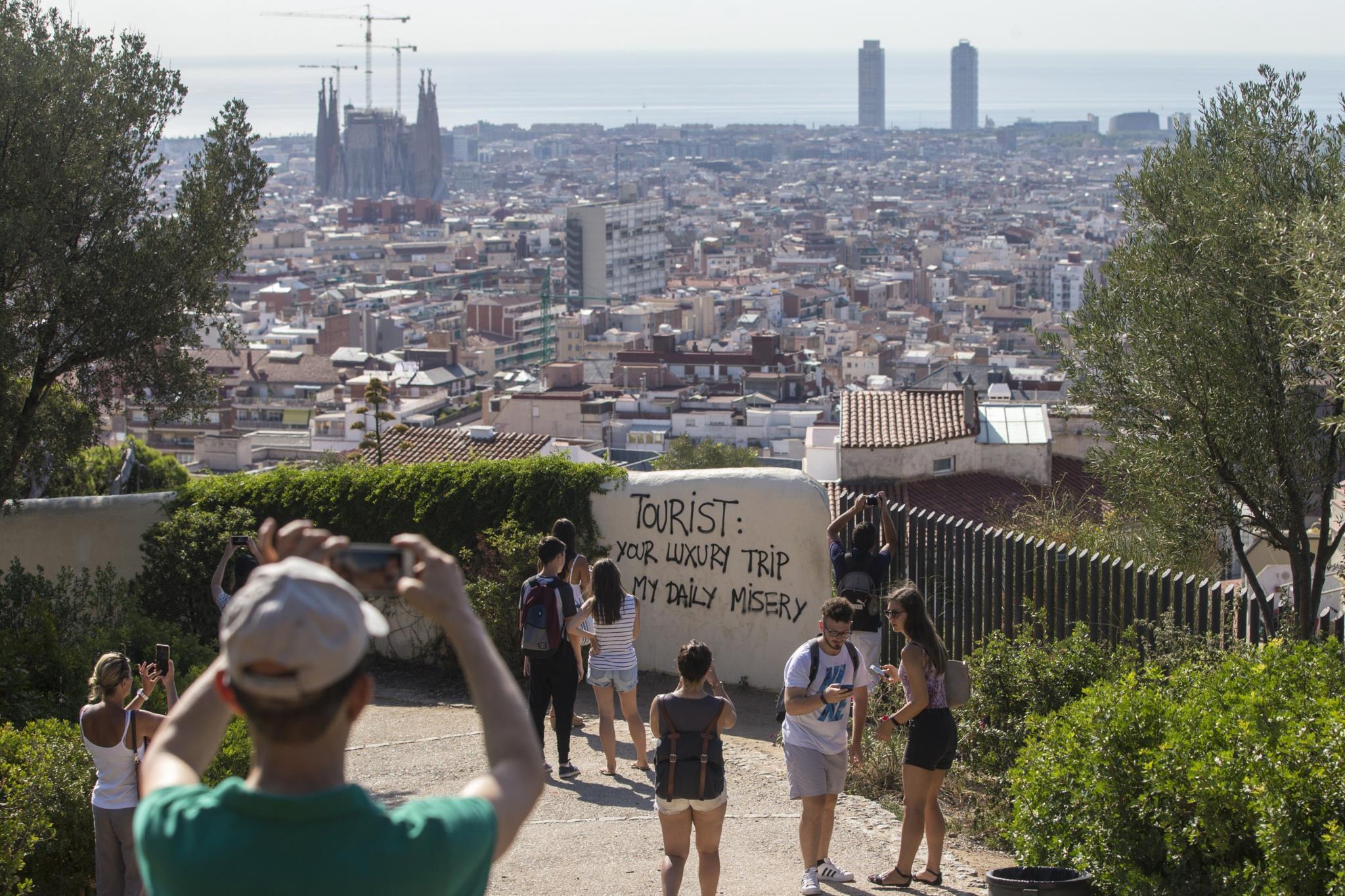 Graffiti anti-turismo num dos locais mais visitados de Barcelona, o Parque Güell. Os protestos contra o excesso turístico na Catalunha são crescentes