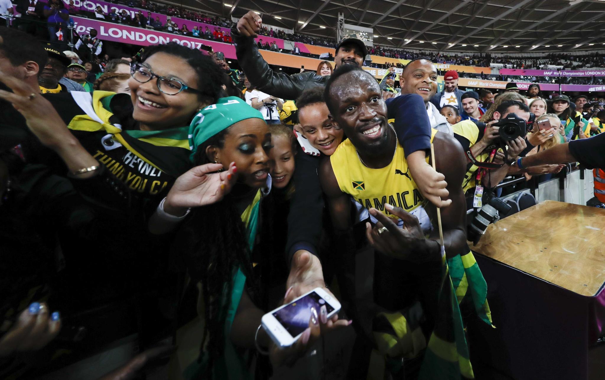 O jamaicano com os fãs nos Mundias de Atletismo de Londres que se realizam em Londres até 13 de Agosto.