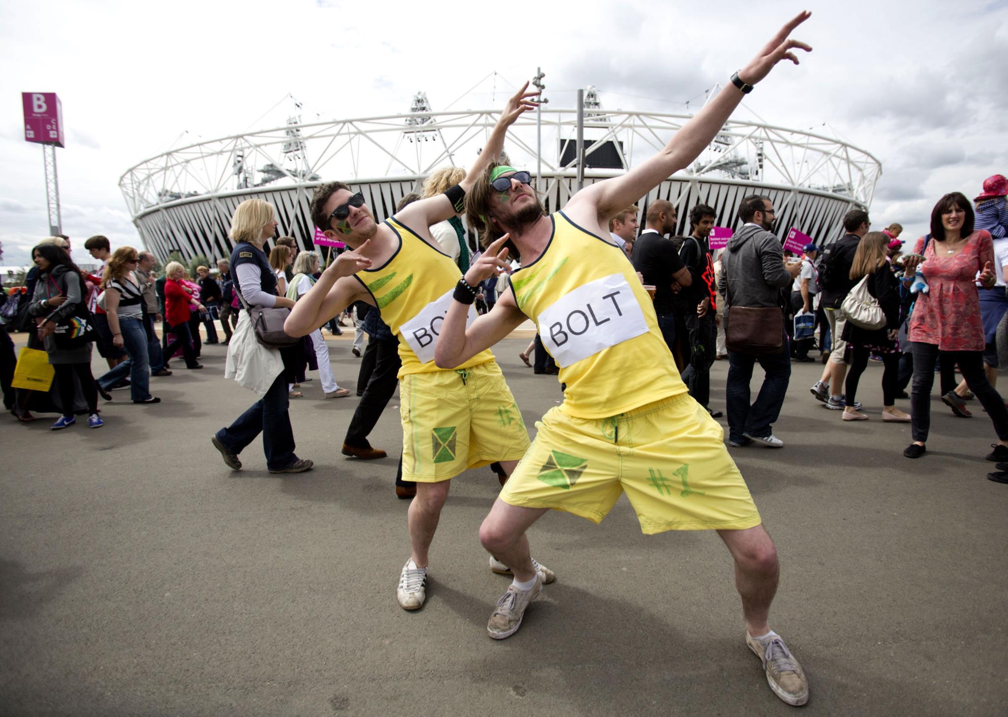 Fãs imitam a pose que se tornou sinónimo de Bolt.